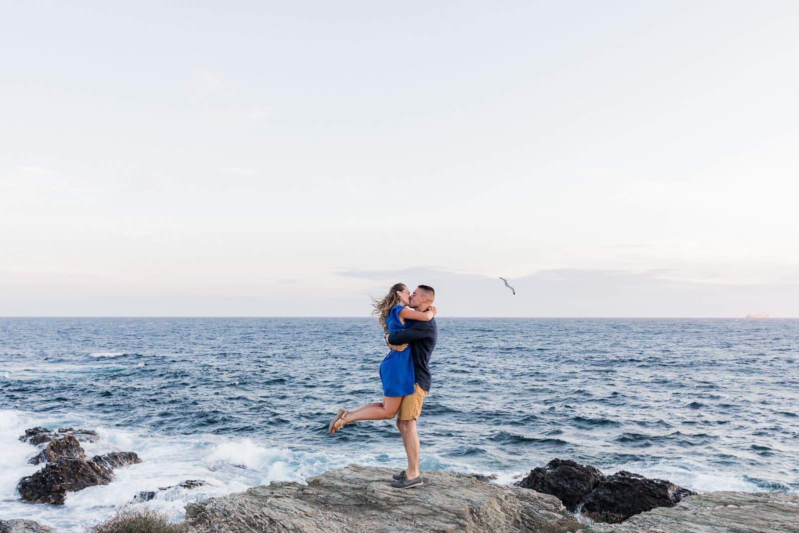 Photographie de Mathieu Dété, photographe de mariage à La Réunion 974, présentant des conseils pour des poses des séances photo de couple, dans les bras l'un de l'autre, en bord de mer