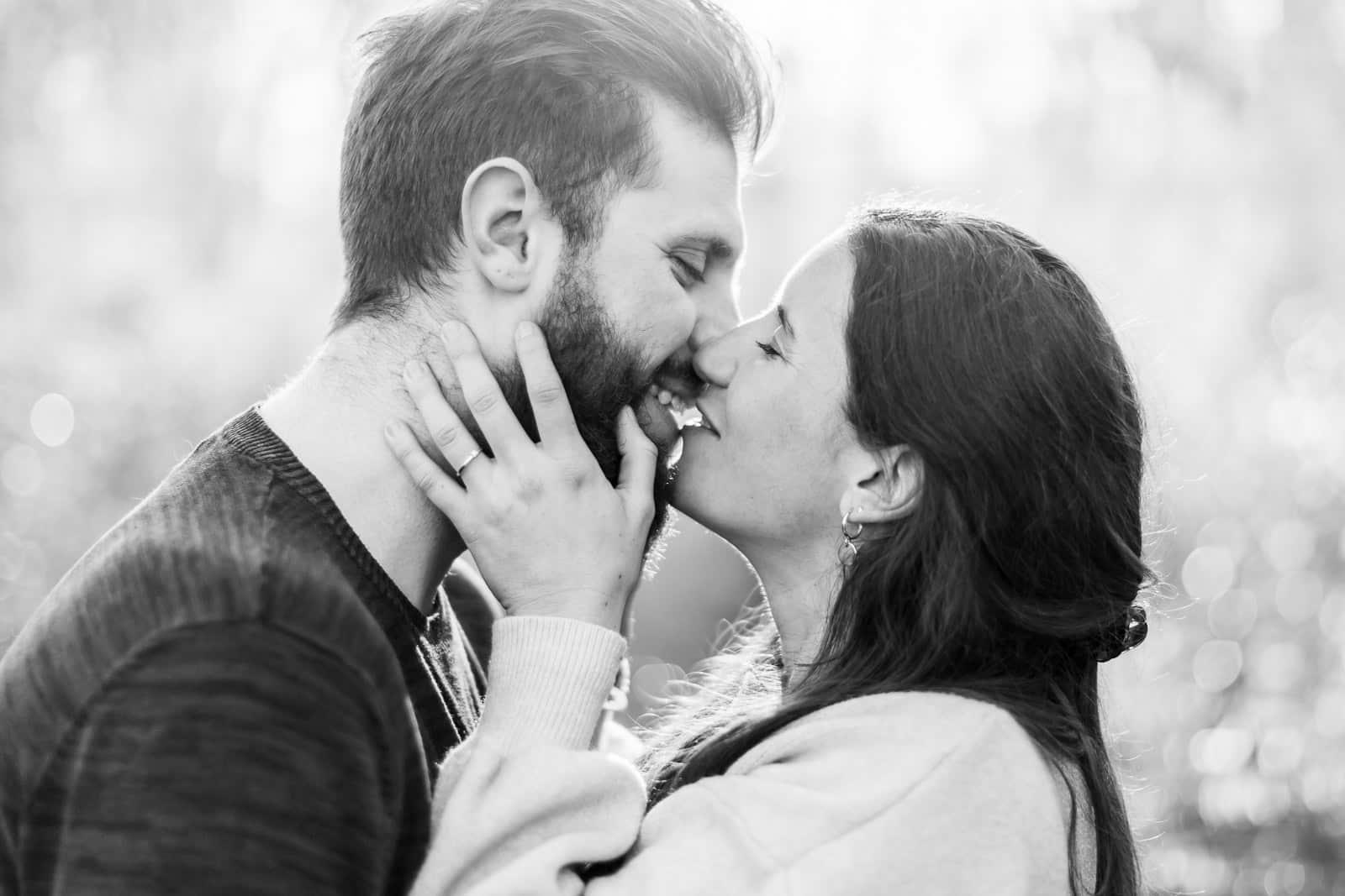 Photographie de Mathieu Dété présentant les meilleures poses pour des photos de couple, le couple s'embrasse tendrement