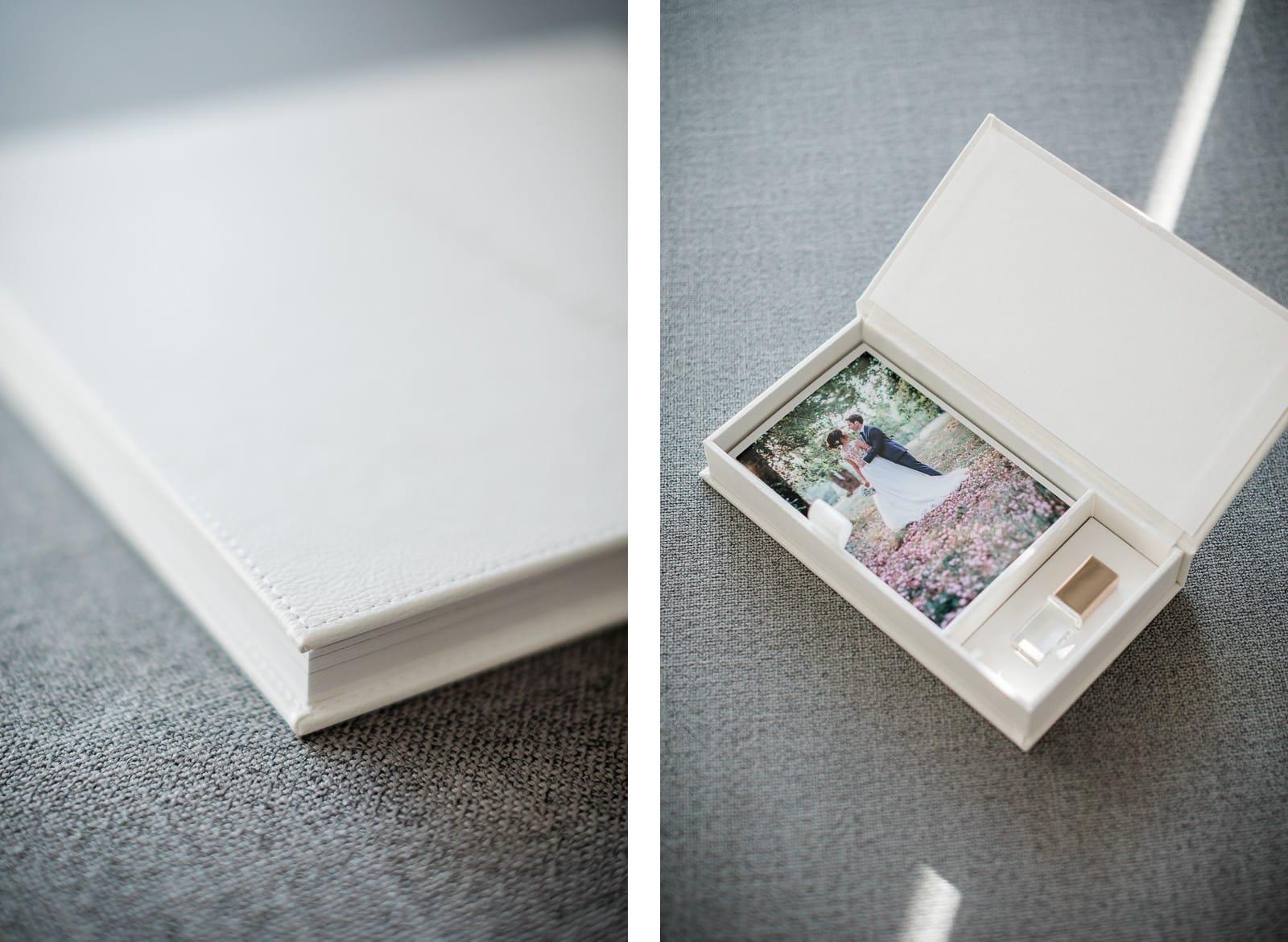 Photographie de Mathieu Dété, photographe de couple, présentant le livre photo haut de gamme et l'écrin USB de qualité