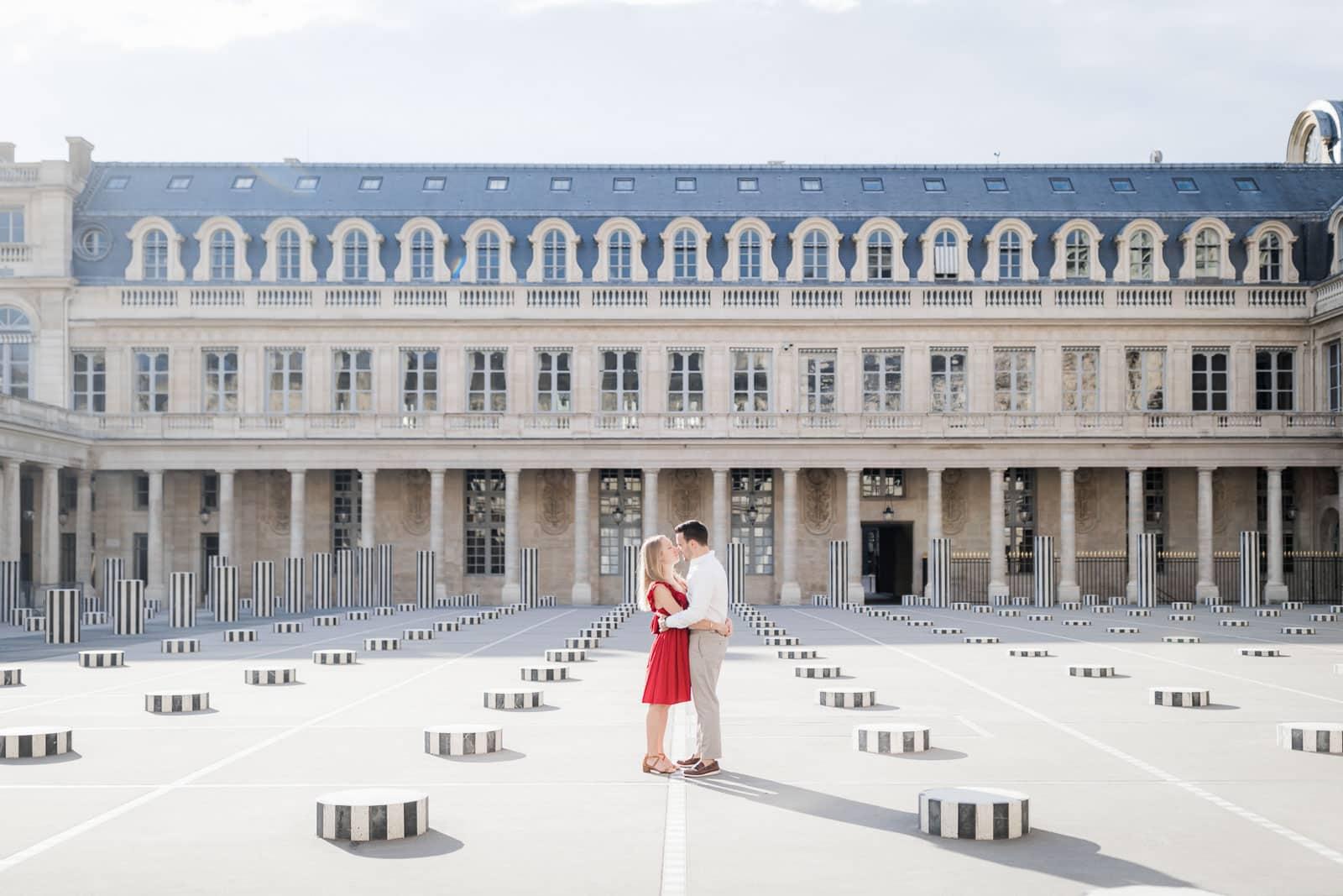 Photographie de Mathieu Dété, photographe de couple, présentant un couple enlacé au milieu du Palais Royal à Paris