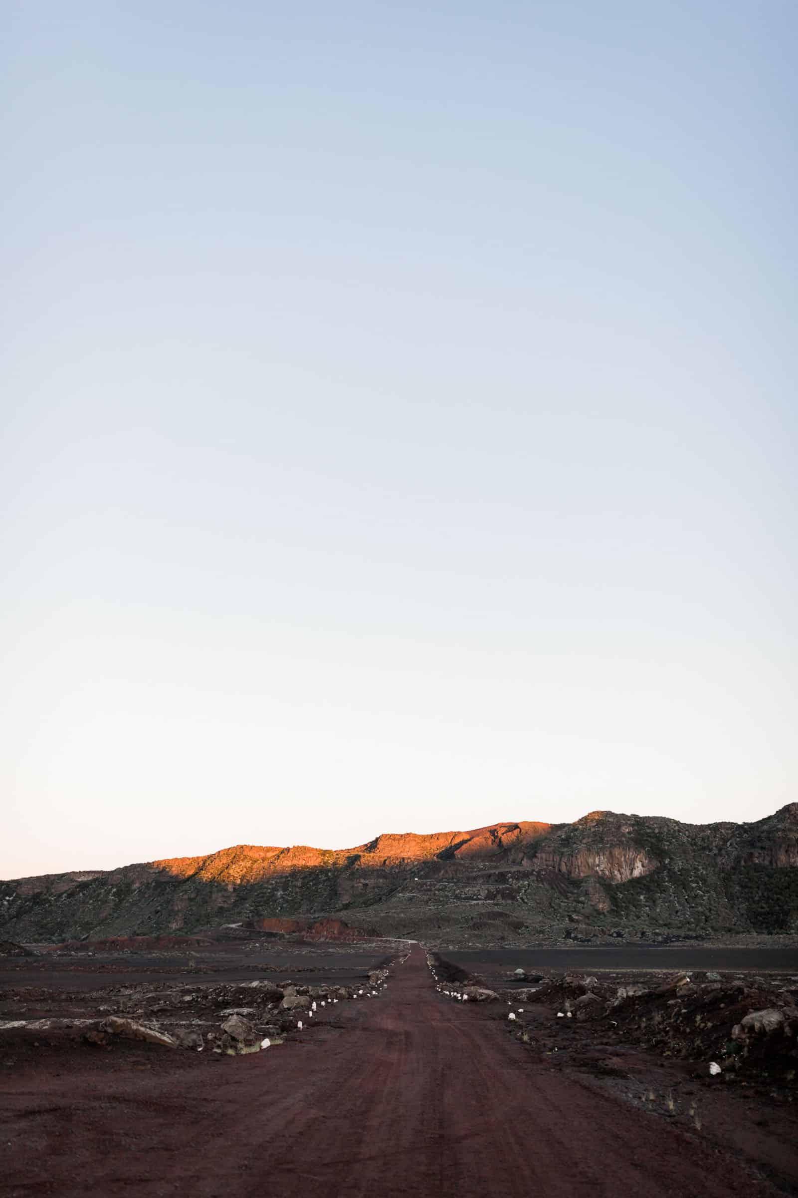 Photographie de Mathieu Dété, photographe de mariage et fiançailles à Saint-Denis de la Réunion 974, présentant la route du volcan de la Réunion depuis le Pas des Sables au lever du soleil