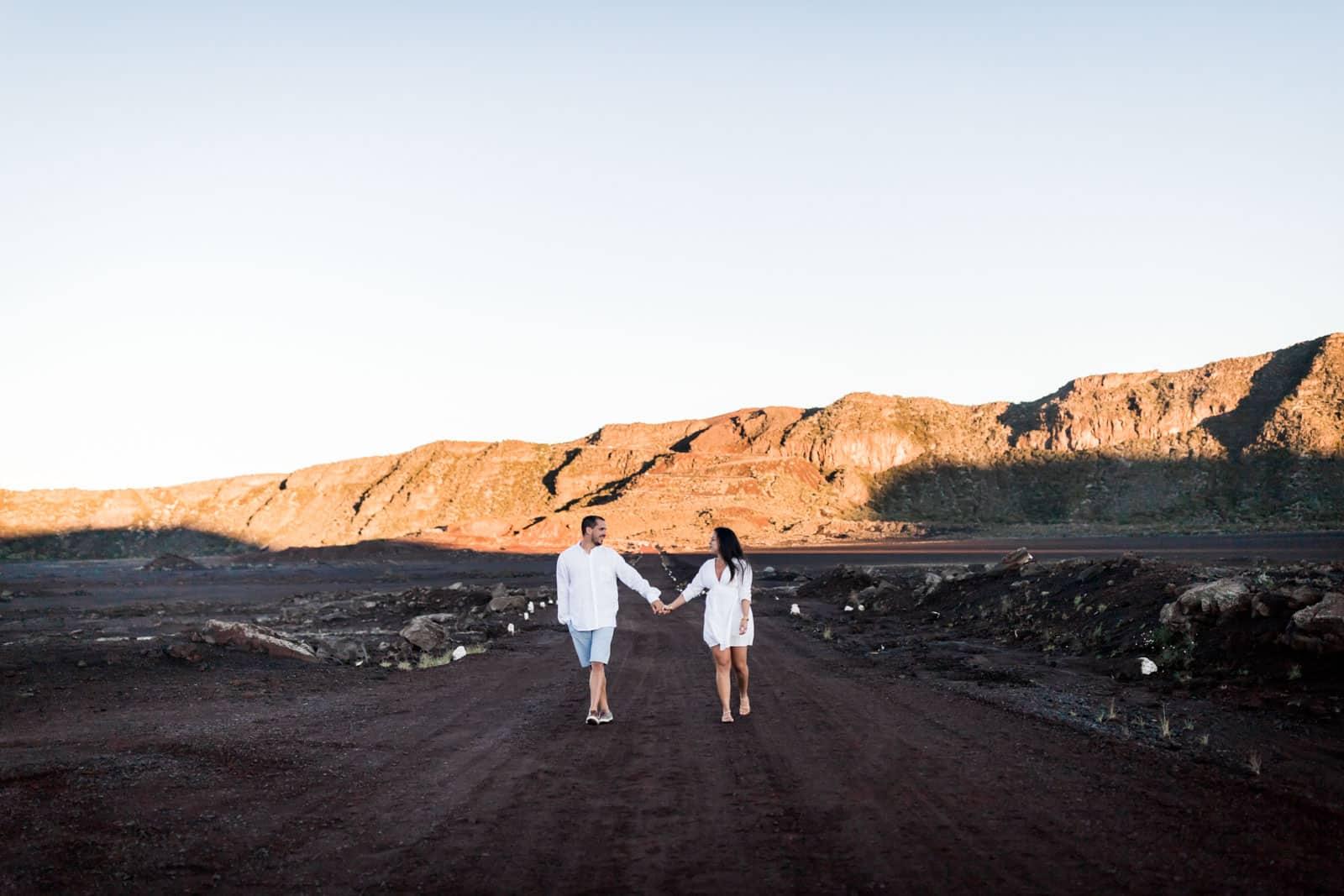 Photographie de Mathieu Dété, photographe de mariage et famille à Saint-Gilles sur l'île de la Réunion 974, présentant un couple qui se tient par la main sur la route du volcan