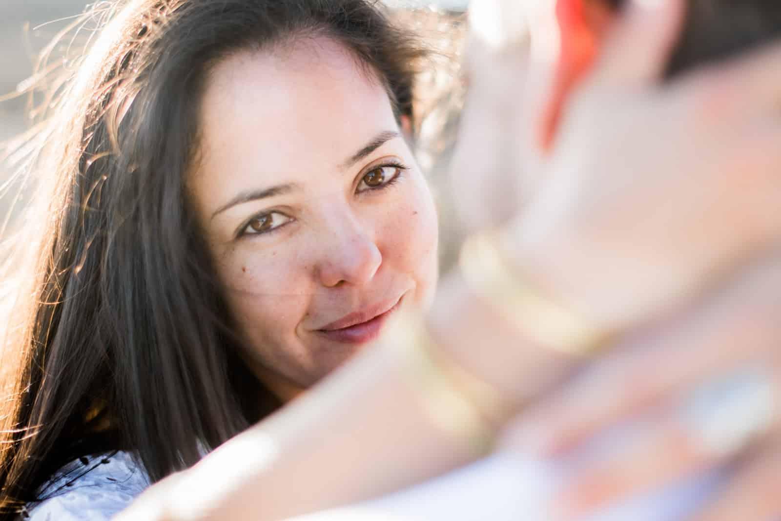 Photographie de Mathieu Dété, photographe de mariage et famille à Saint-Gilles sur l'île de la Réunion 974, présentant le regard d'une femme face à son compagnon