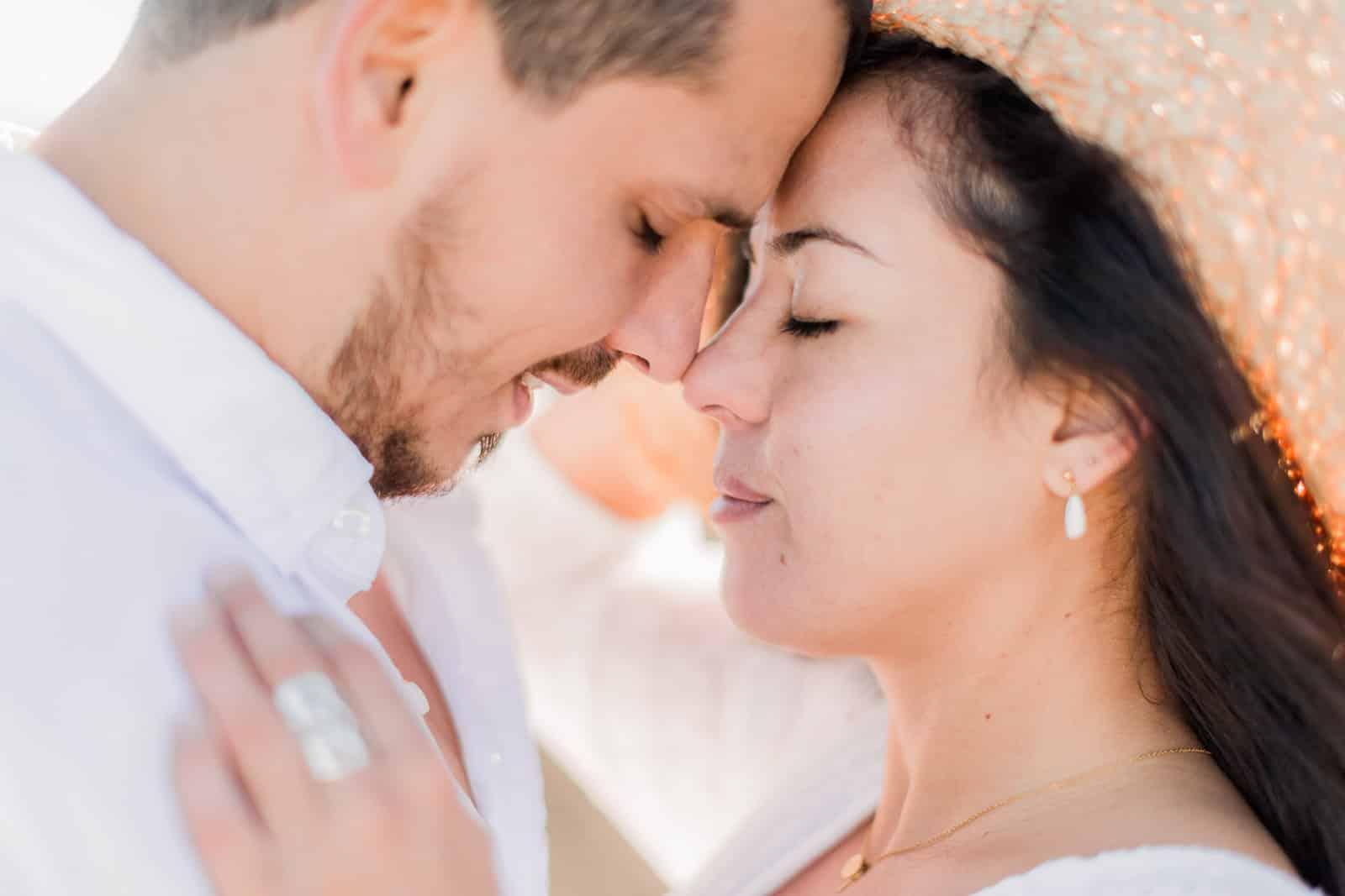 Photographie de Mathieu Dété, photographe de mariage et famille à Saint-Gilles sur l'île de la Réunion 974, présentant un couple face à face et front contre front, lors d'une séance couple à la Plaine des Sables