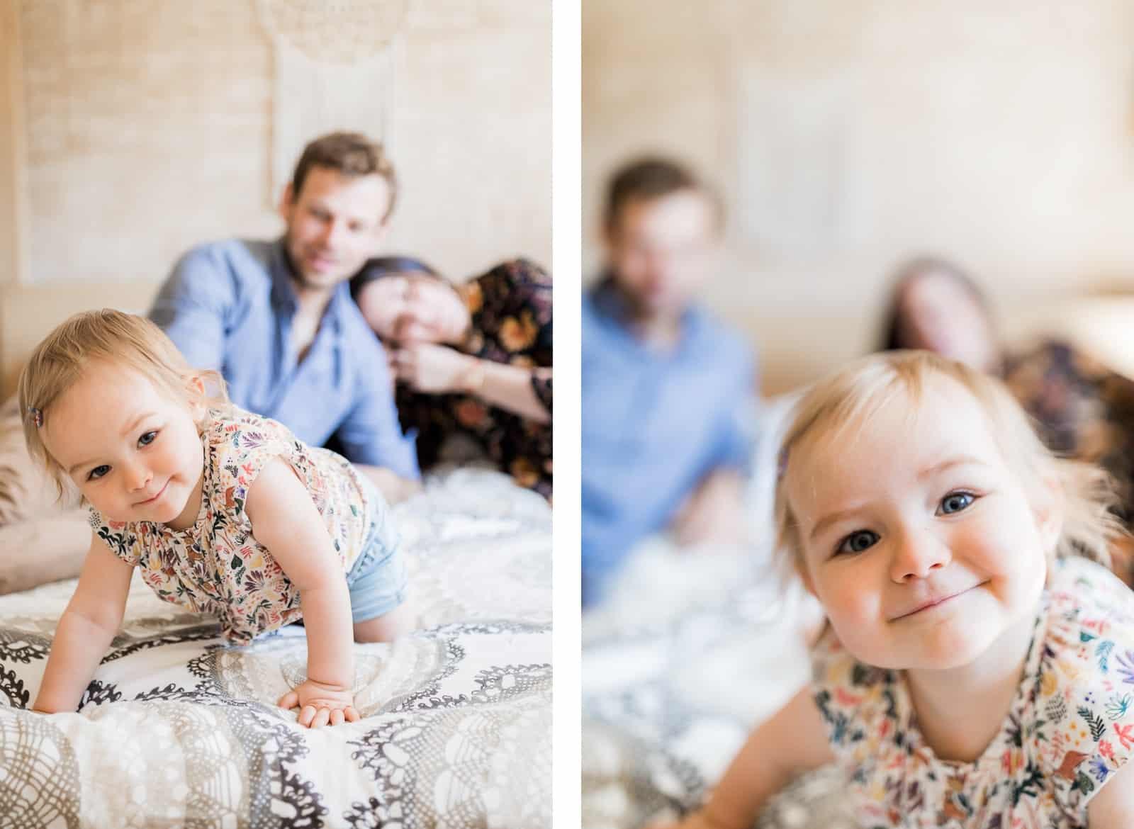 Photographie de Mathieu Dété, photographe de famille, présentant une petite fille sur le lit de ses parents