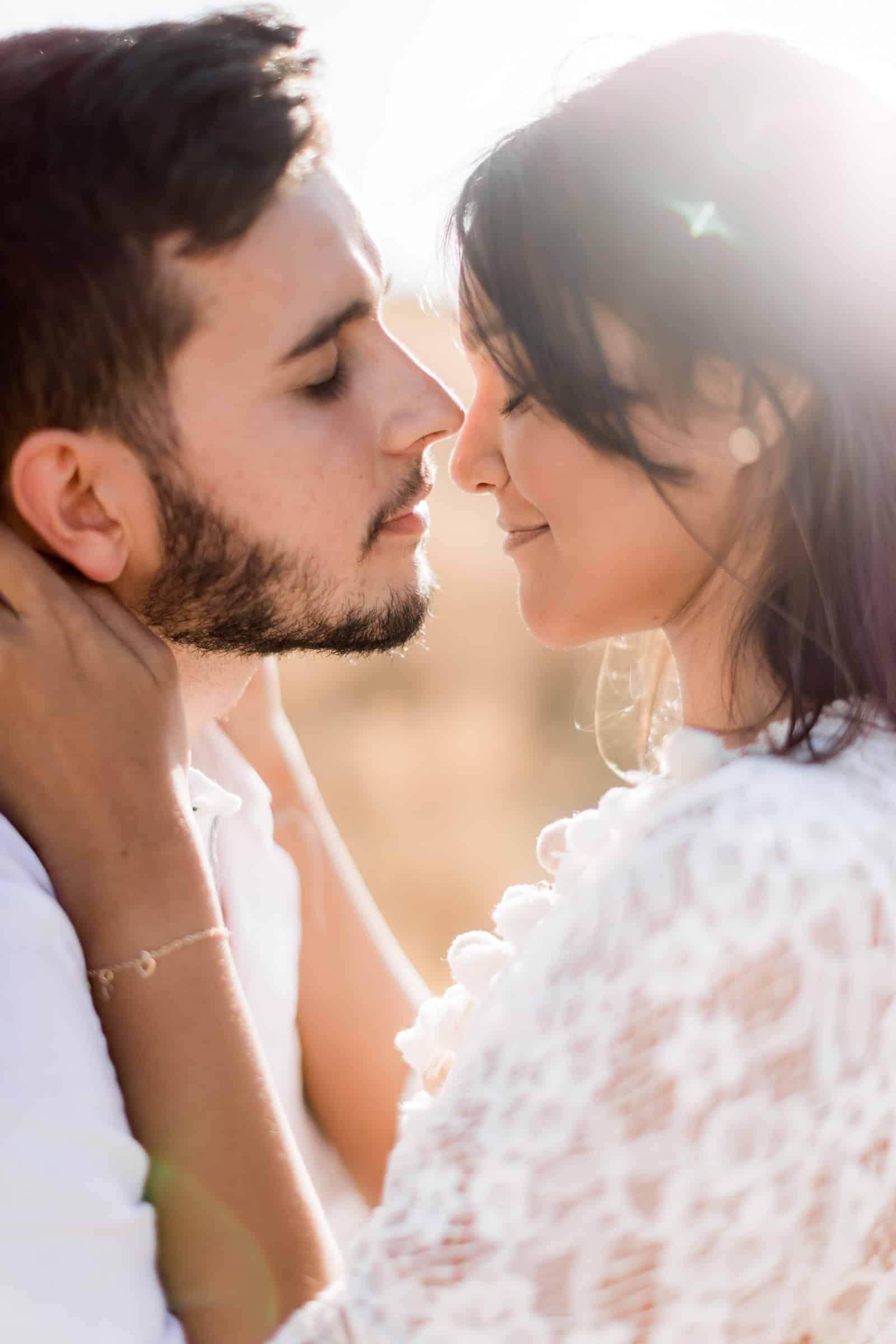 Photographie de Mathieu Dété, photographe de mariage et fiançailles à Saint-Pierre de la Réunion 974, présentant un couple enlacé dans la savane du Cap la Houssaye
