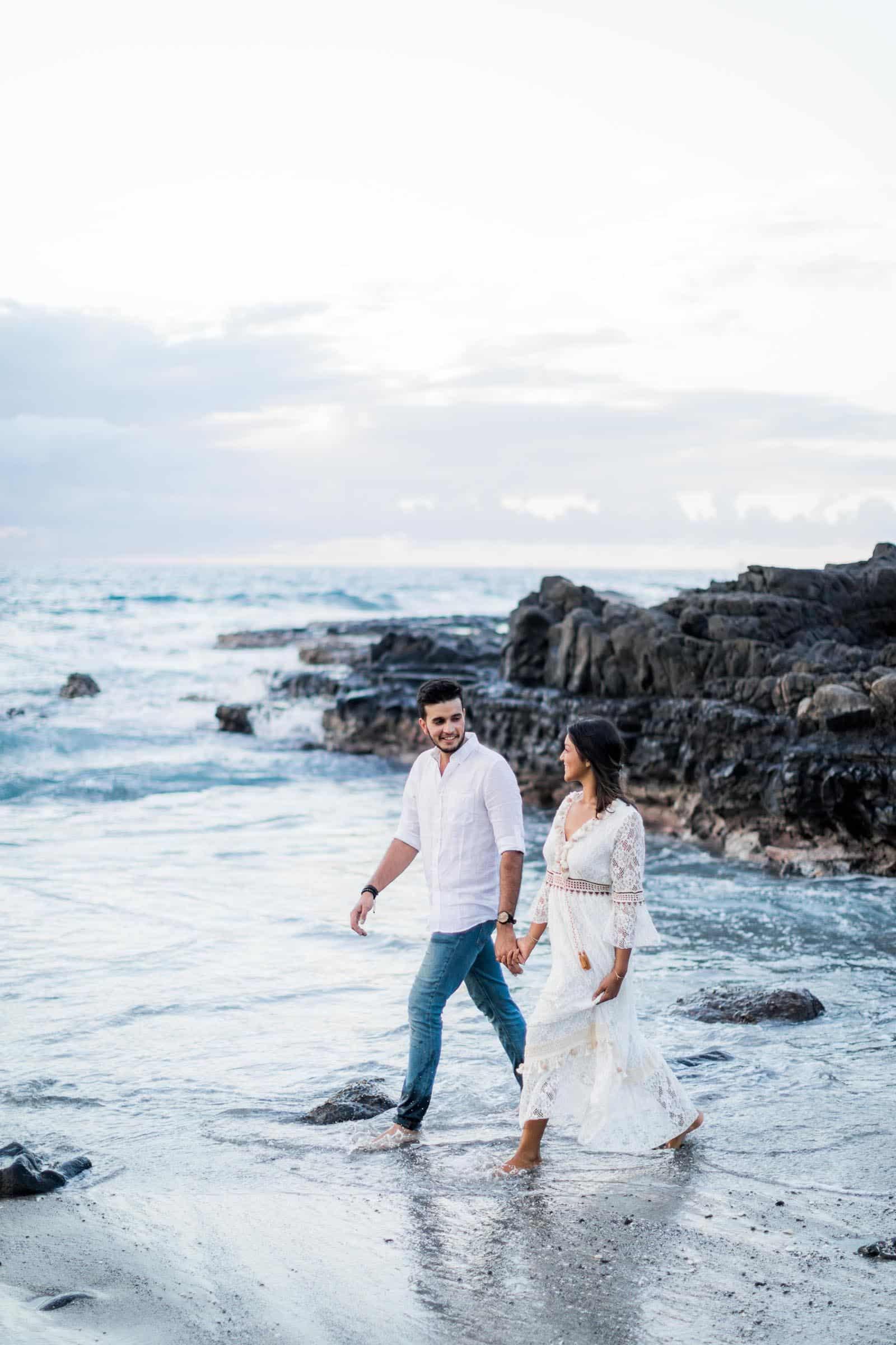 Photographie de Mathieu Dété, photographe de couple et famille à Saint-Denis de la Réunion 974, présentant un couple qui marche sur la plage en bord de mer