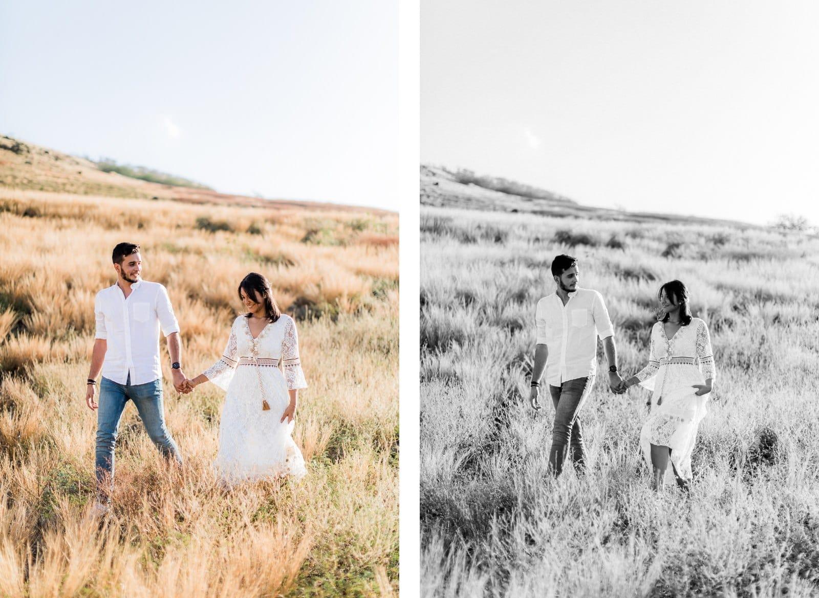 Photo d'une séance photo au Cap La Houssaye, de Mathieu Dété en noir et blanc, photographe de mariage et famille à Saint-Paul de la Réunion 974, présentant un couple qui marche dans la savane du Cap La Houssaye, près de Saint-Paul