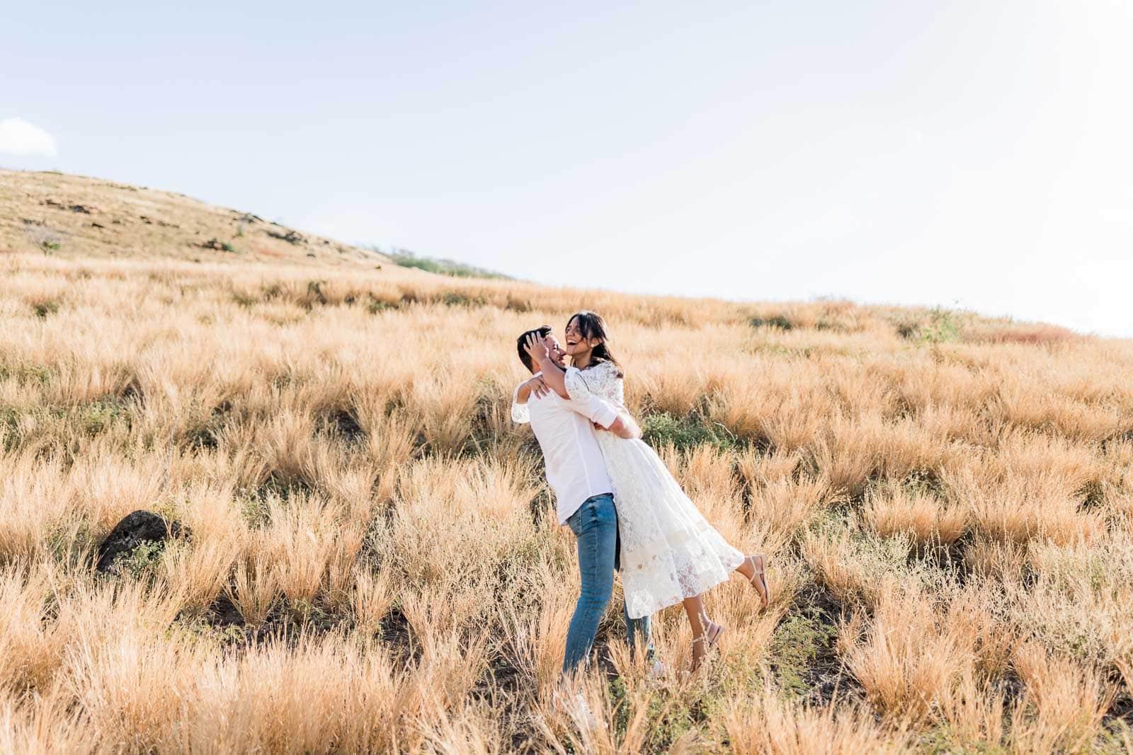 Photographie de Mathieu Dété, photographe de mariage et famille à Saint-Gilles de la Réunion 974, présentant un couple enlacé dans la savane du Cap La Houssaye, près de Saint-Paul