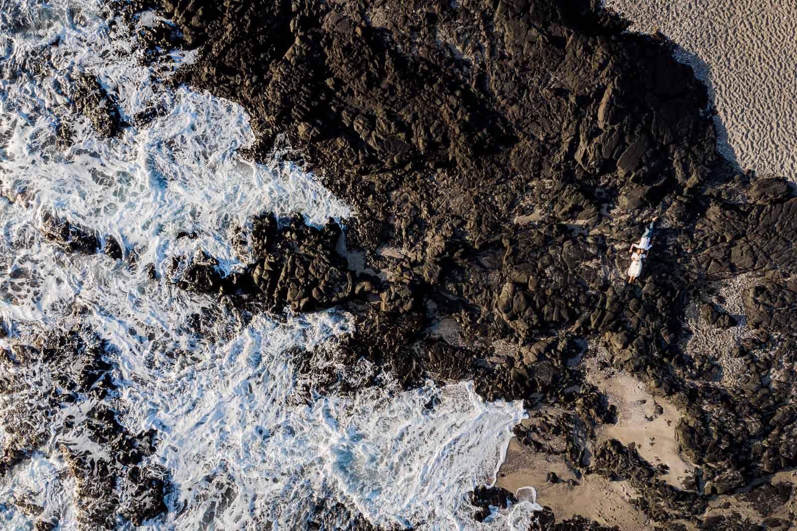 Photo d'une séance photo au Cap La Houssaye, de Mathieu Dété, photographe de mariage et fiançailles à Saint-Pierre de la Réunion 974, présentant les vagues du Cap La Houssaye vu du ciel avec un drône