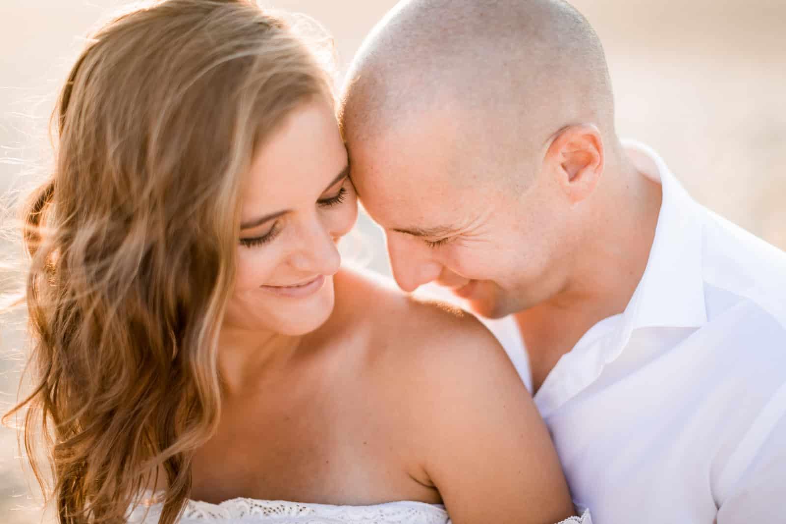 Photographie de Mathieu Dété, photographe de mariage et naissance à Saint-Gilles de la Réunion 974, présentant des futurs parents amoureux sur la plage lors d'une séance grossesse