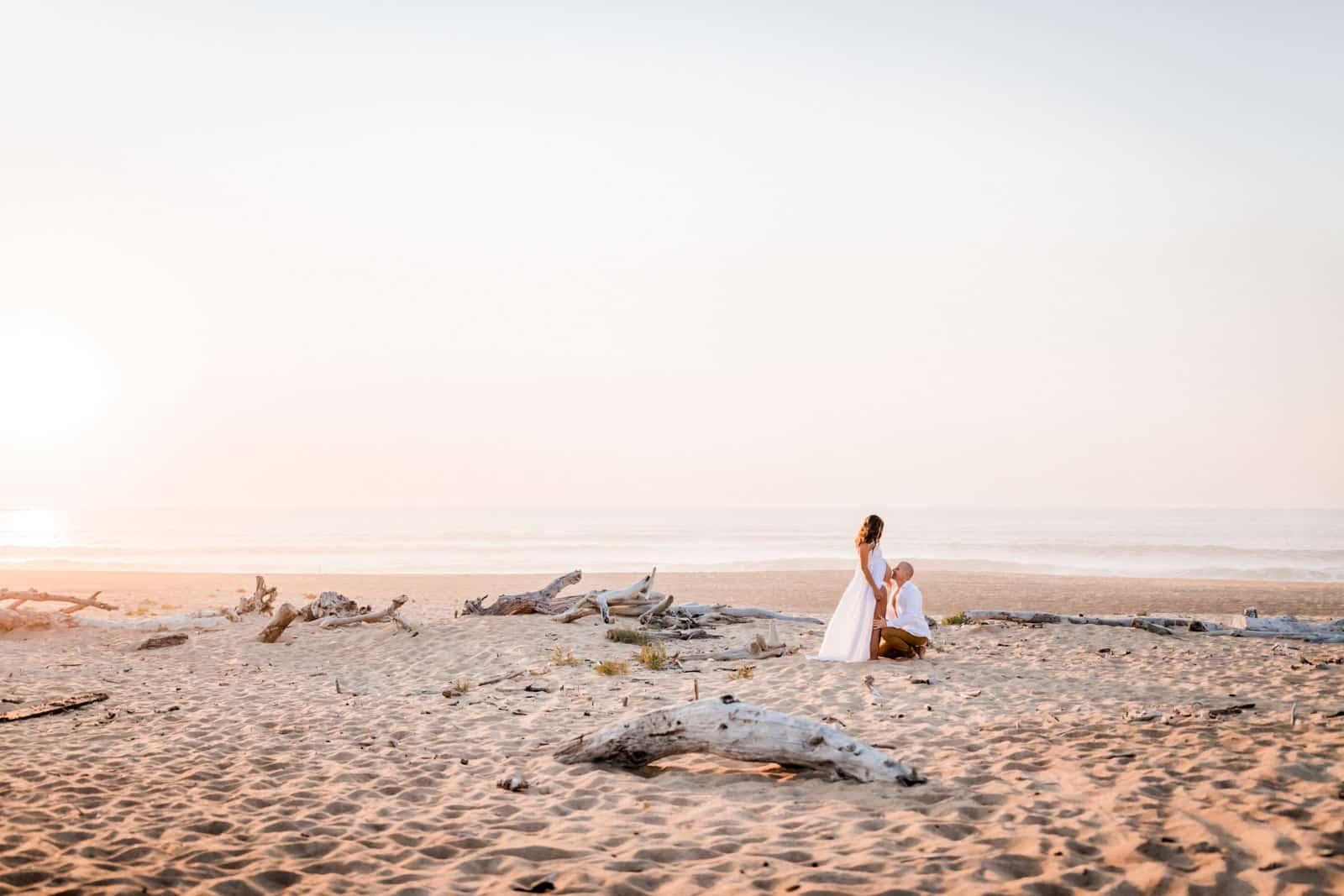 Photographie de Mathieu Dété, photographe de mariage et naissance à Saint-Gilles de la Réunion 974, présentant des futurs parents amoureux sur la plage
