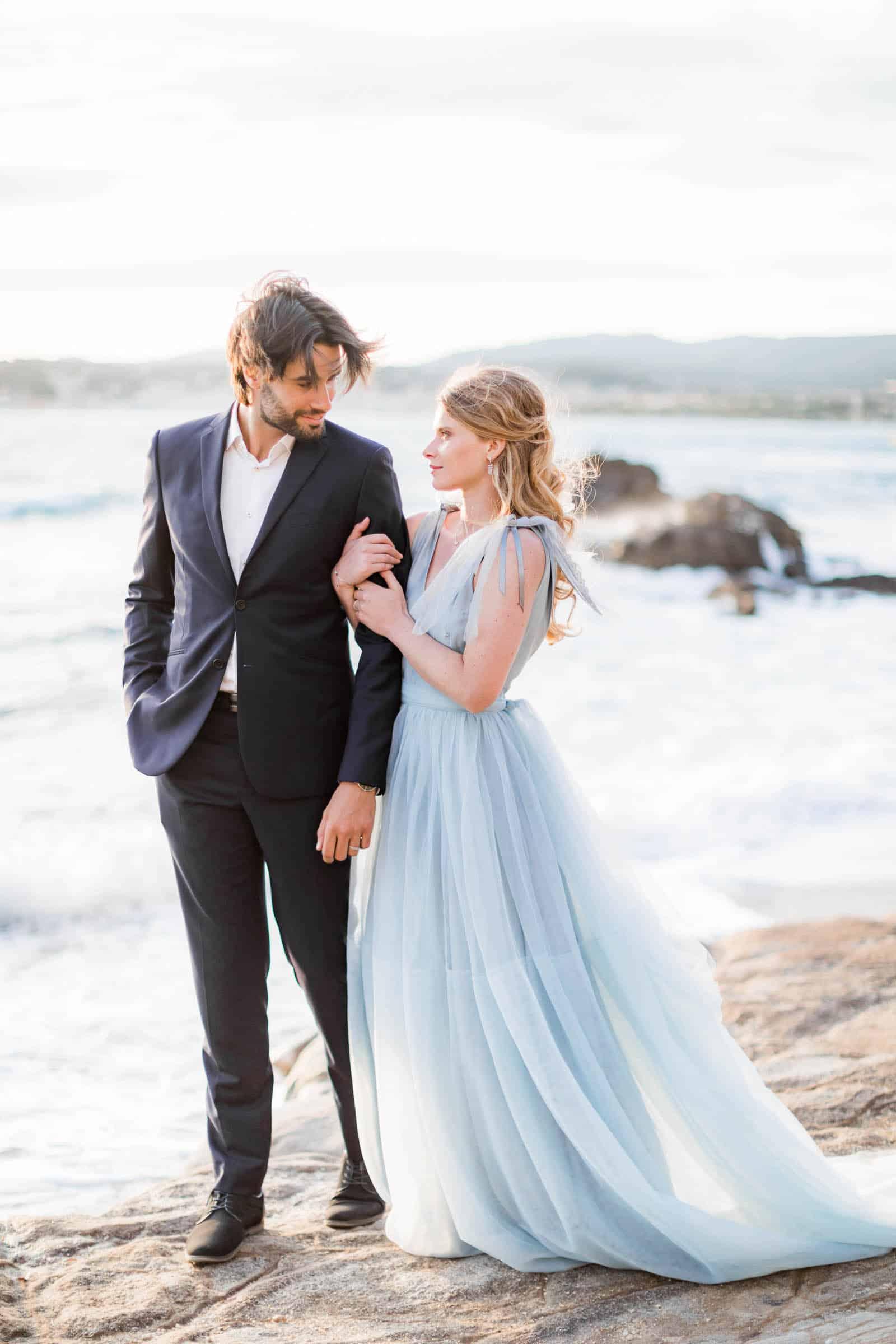 Photographie de Mathieu Dété, photographe de mariage sur l'île Maurice, représentant un couple d'amoureux sur la plage de Grand Baie à Maurice