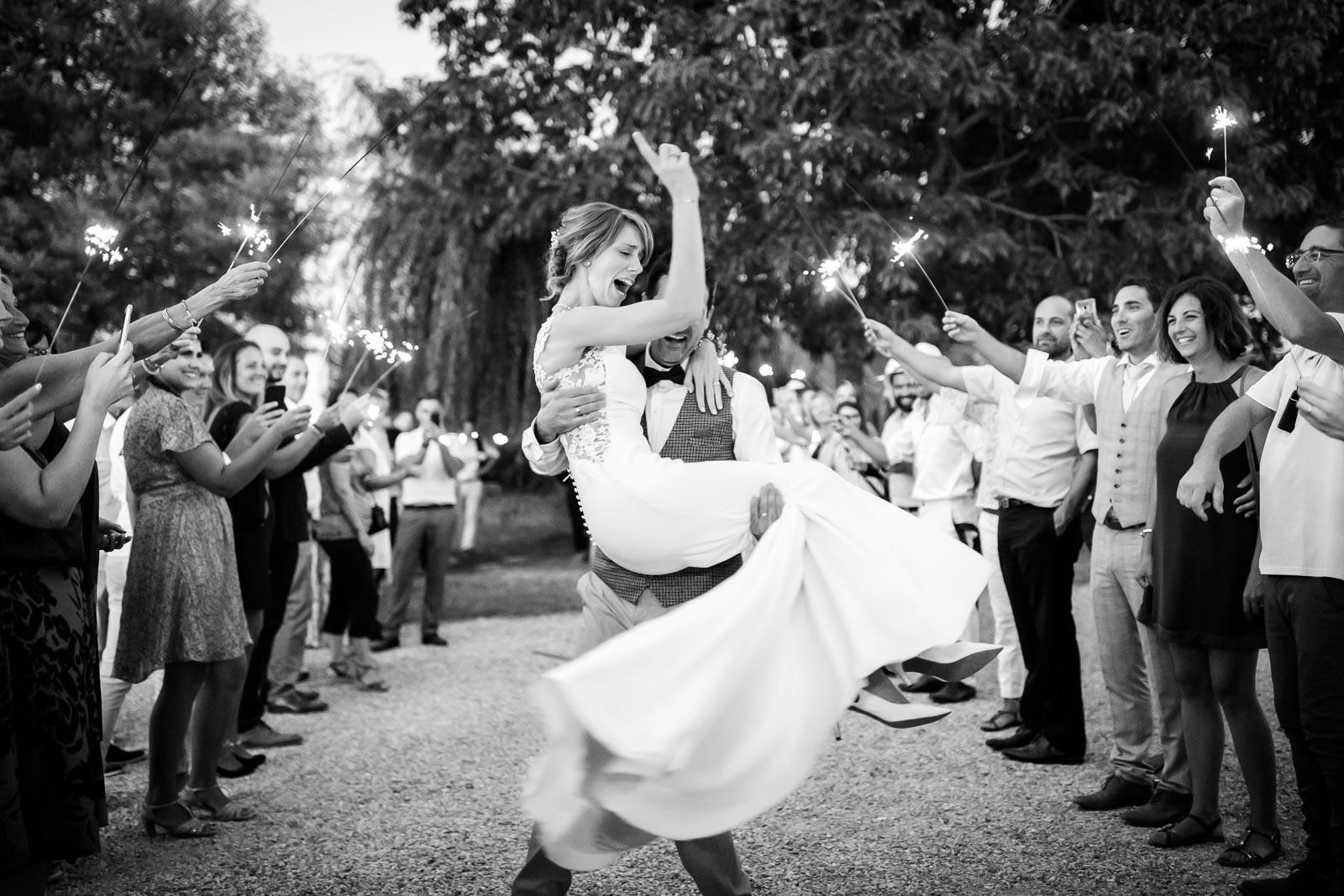 Photographie de Mathieu Dété présentant une mariée heureuse lors de l'entrée en salle