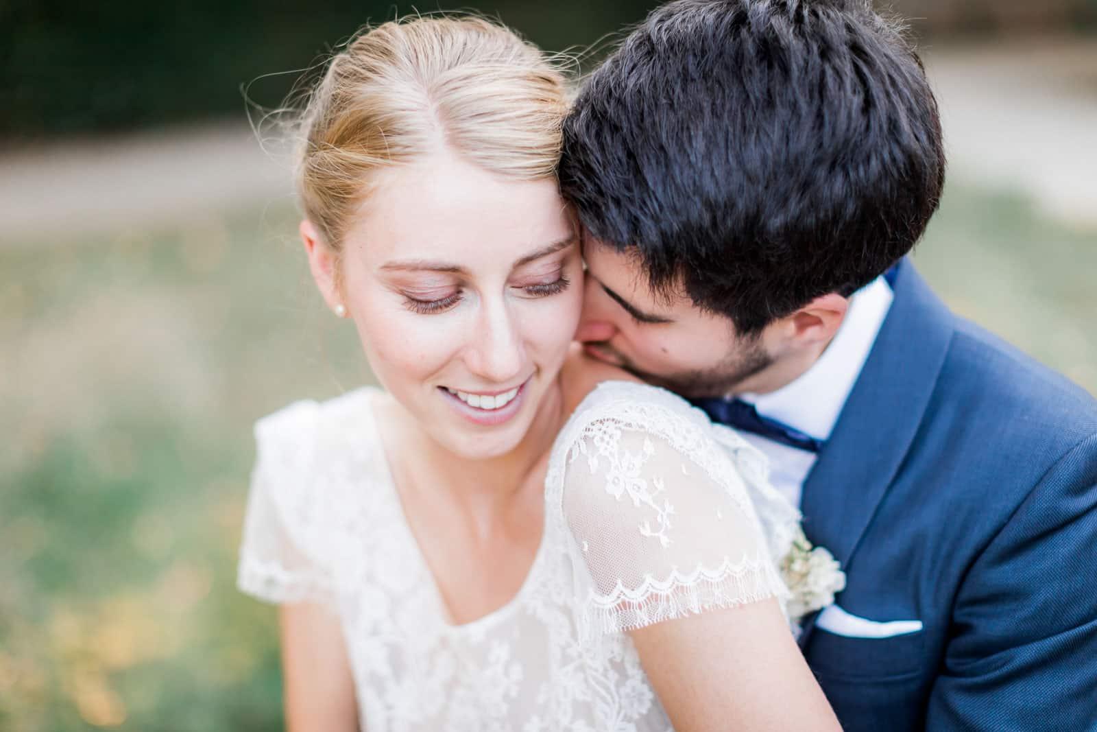 Photographie de Mathieu Dété présentant un couple de mariés amoureux