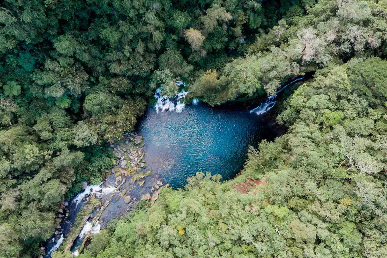 Photographie de Mathieu Dété, photographe de mariage et famille à Saint-Pierre sur l'île de la Réunion 974, présentant la cascade Trou Noir près de Langevin, vue de drone