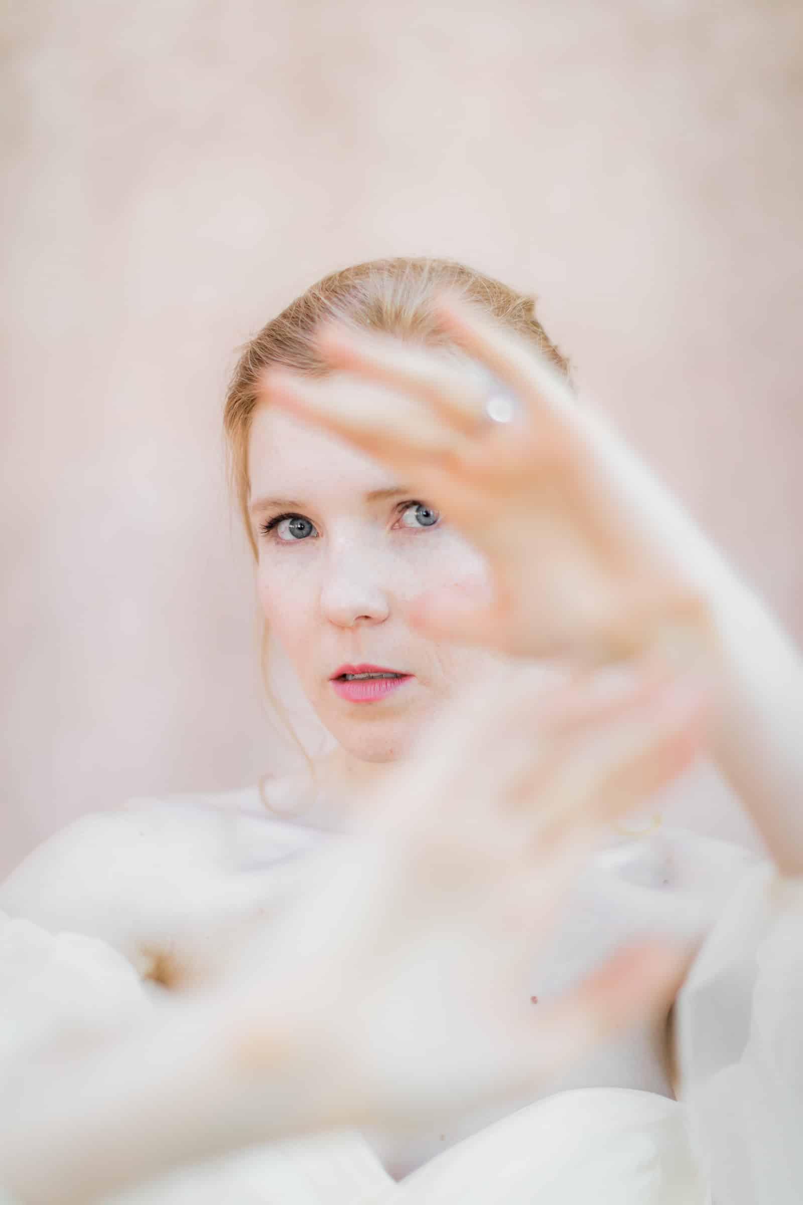 Photographie de Mathieu Dété présentant un portrait de la mariée contre les murs roses du Château Saint Julien d'Aille à Vidauban