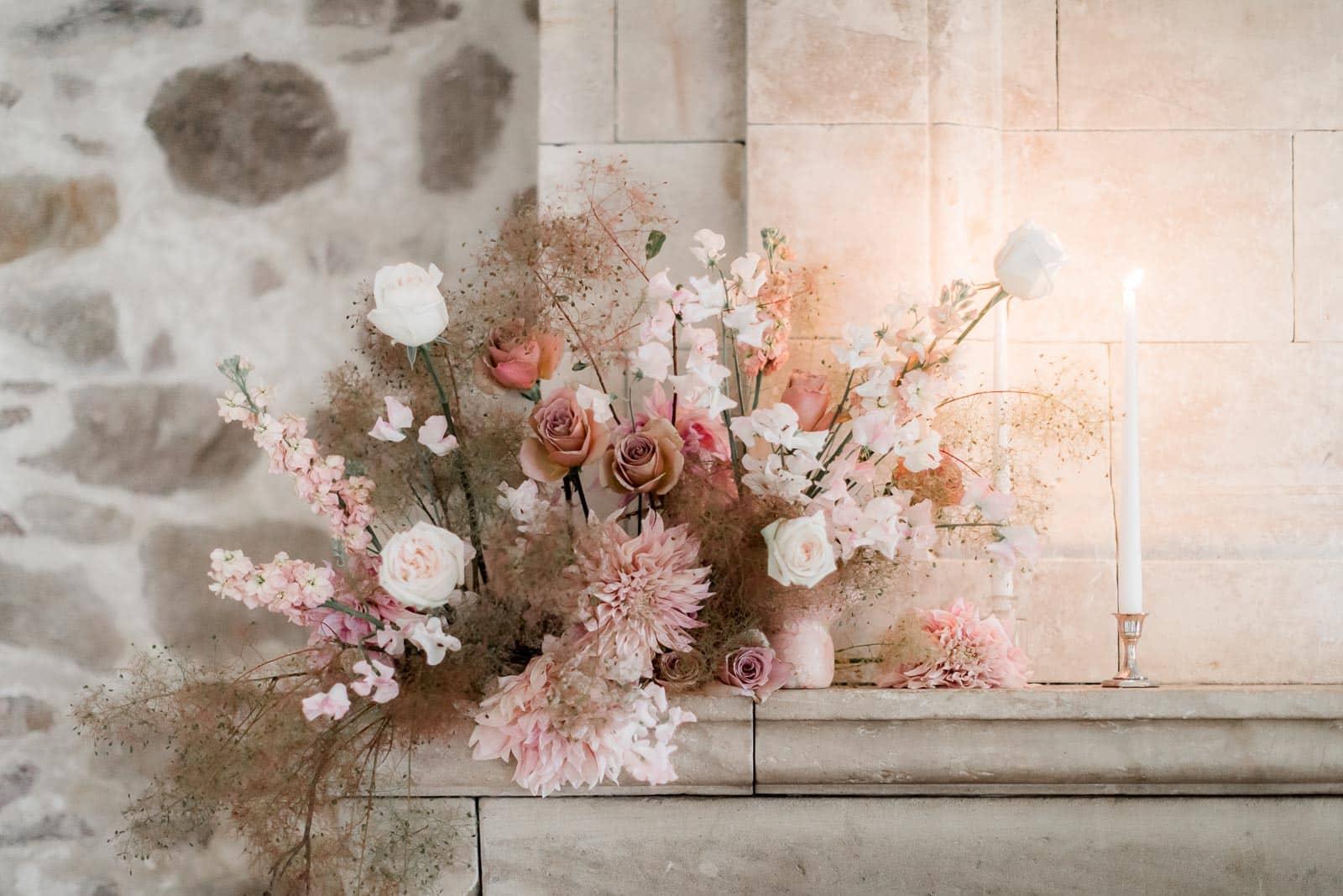 Photographie de Mathieu Dété présentant le bouquet du mariage au dessus de la cheminée