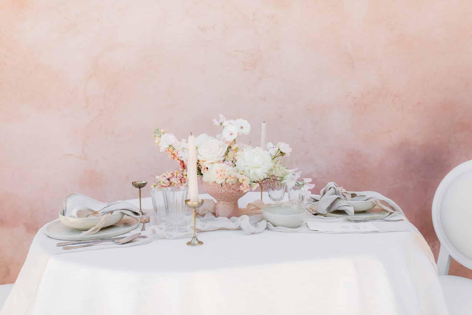 Photographie de Mathieu Dété présentant la table du mariage et le bouquet