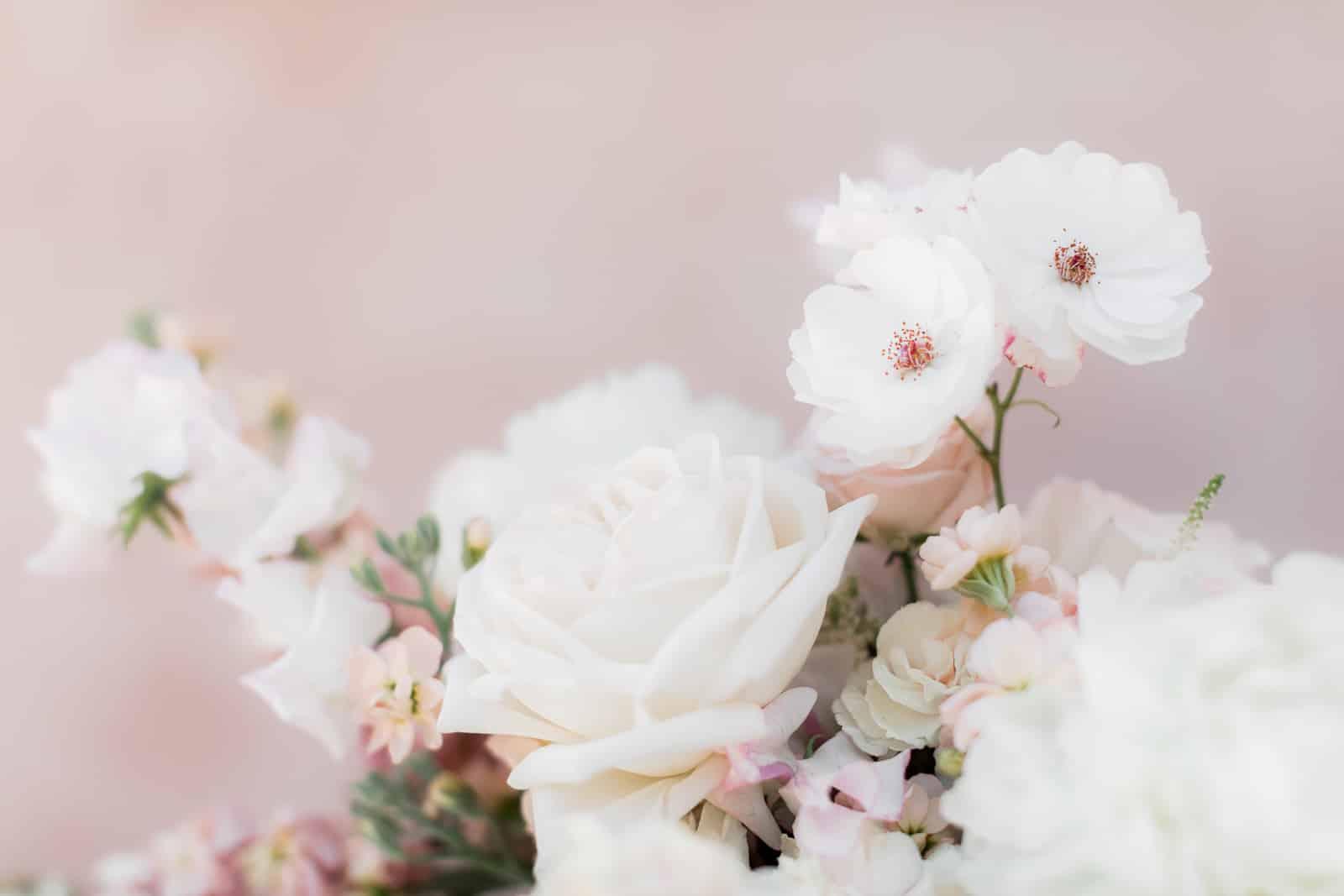 Photographie de Mathieu Dété présentant un détail du bouquet de la mariée