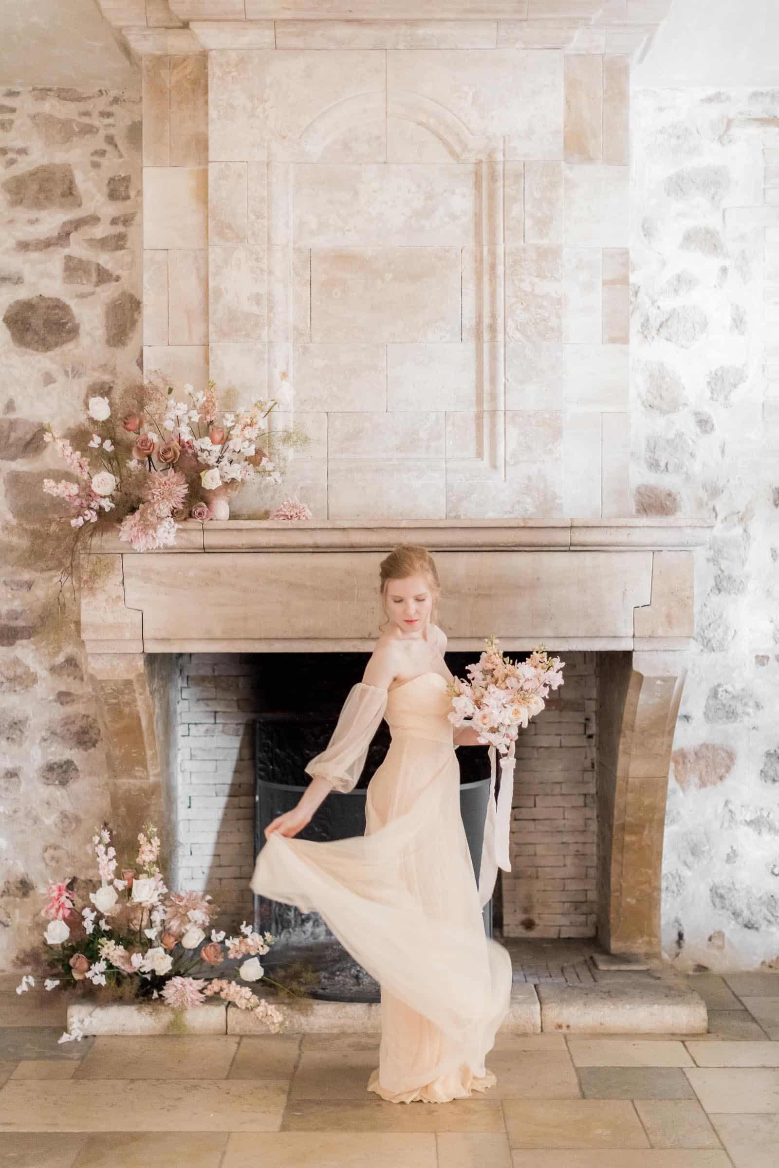 Photographie de Mathieu Dété présentant un portrait de la mariée devant la cheminée du Château Saint Julien d'Aille à Vidauban