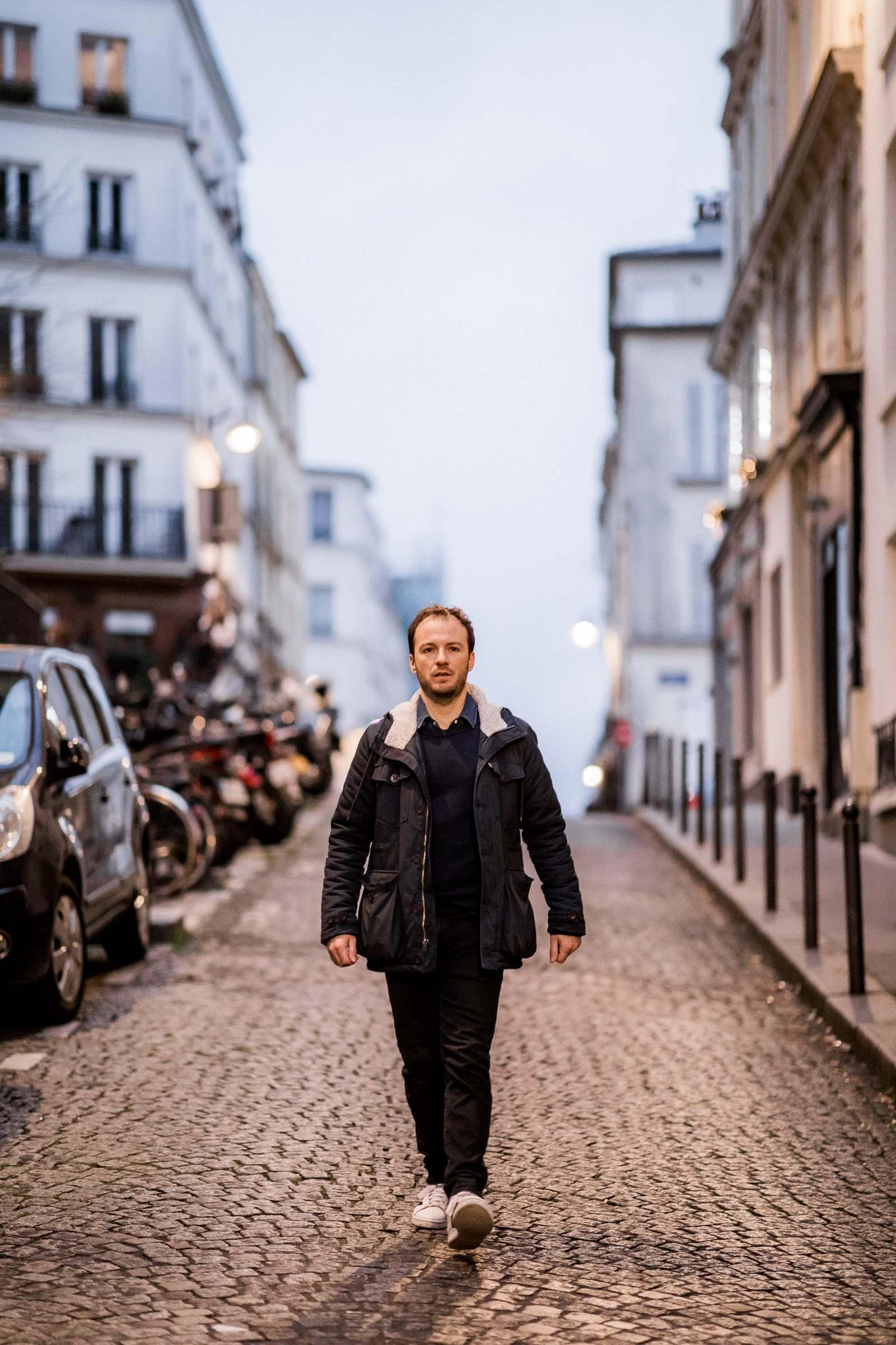 Photographie de Mathieu Dété, photographe de mariage et portrait sur l'île de la Réunion (974), présentant un portrait du chanteur Benoît Dorémus marchant dans une ruelle de Paris