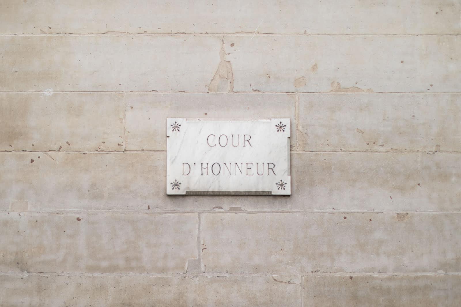 Photo de Mathieu Dété, image de la plaque de la cour d'honneur du Palais Royal