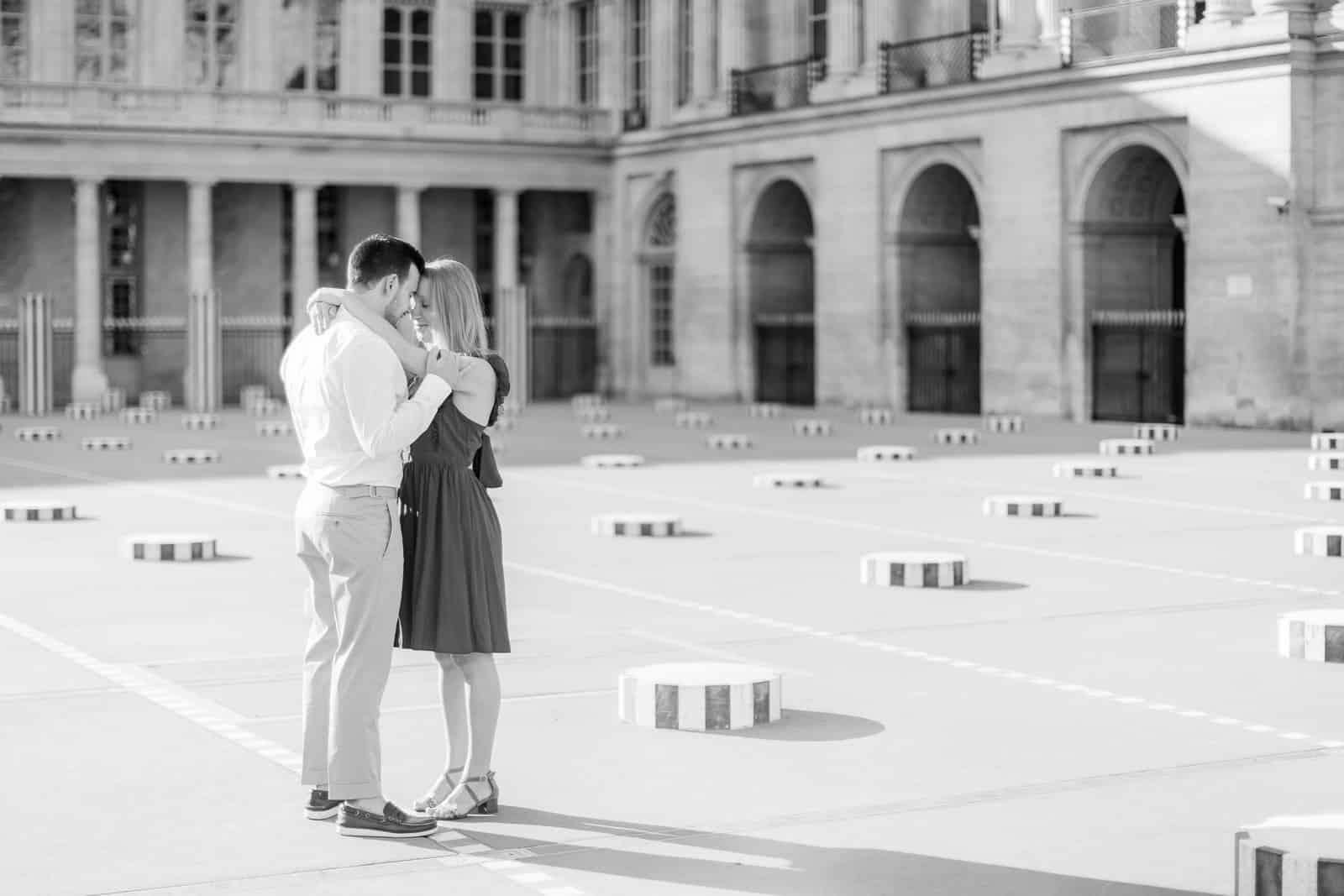 Photo de Mathieu Dété, couple amoureux enlacé dans la cour du Palais Royal