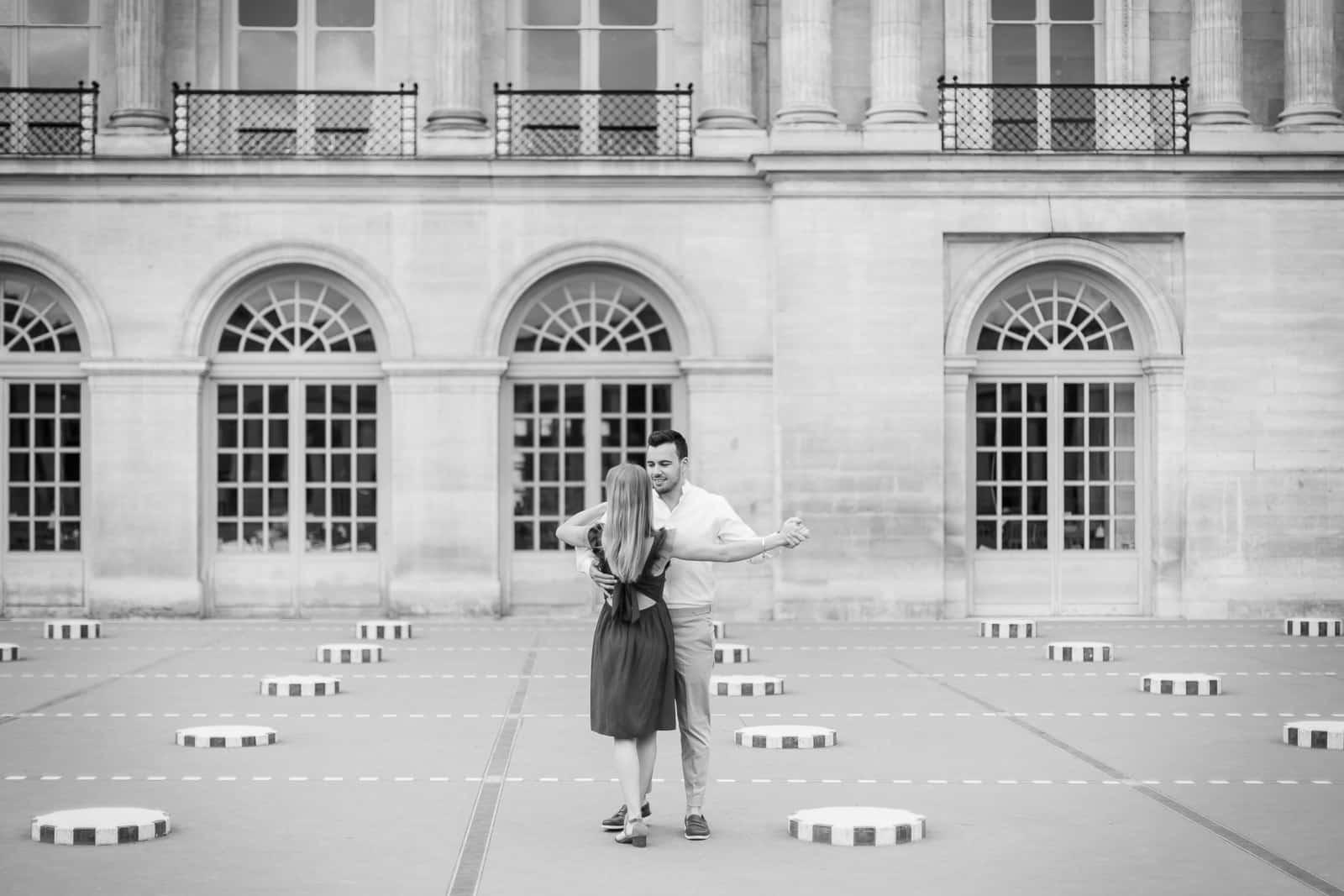 Photo de Mathieu Dété, couple amoureux dansant dans la cour du Palais Royal