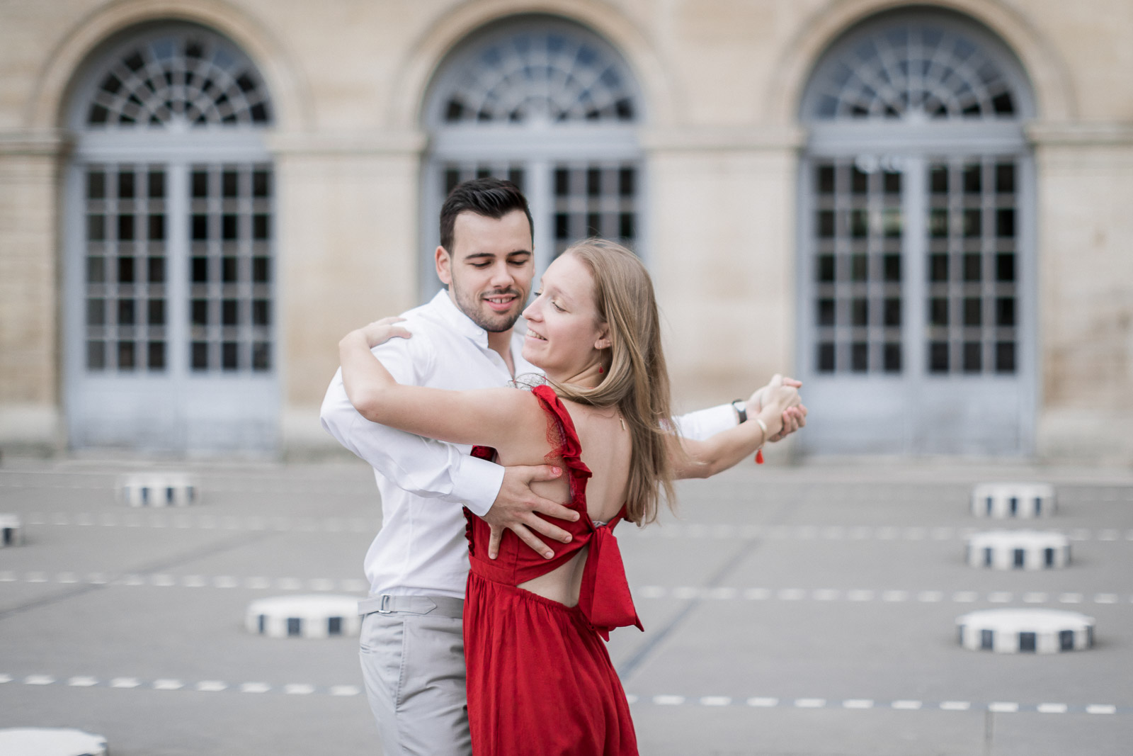 Photo de Mathieu Dété, couple amoureux dansant près des colonnes de Buren