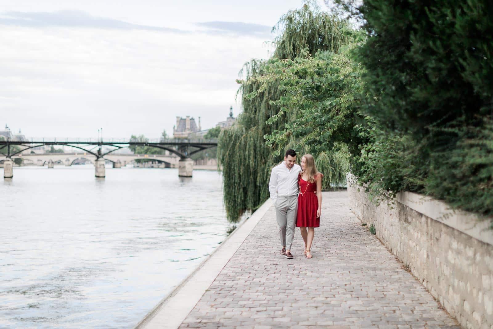 Photo de Mathieu Dété, couple amoureux marchant en bord de Seine