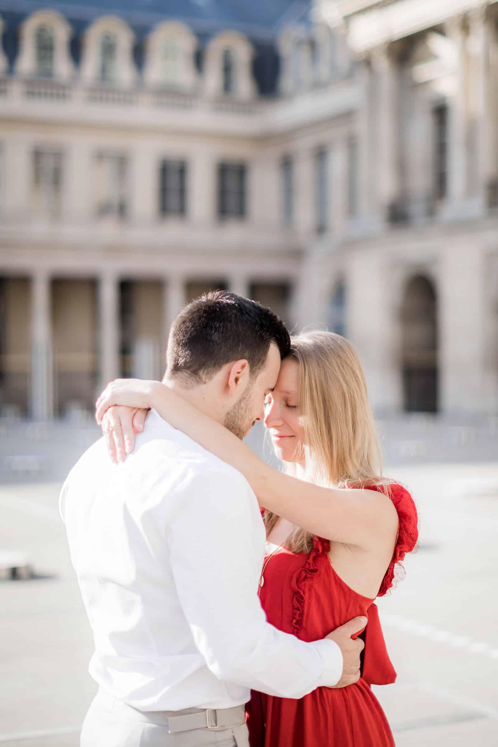 Photo de Mathieu Dété, couple amoureux enlacé près des colonnes de Buren