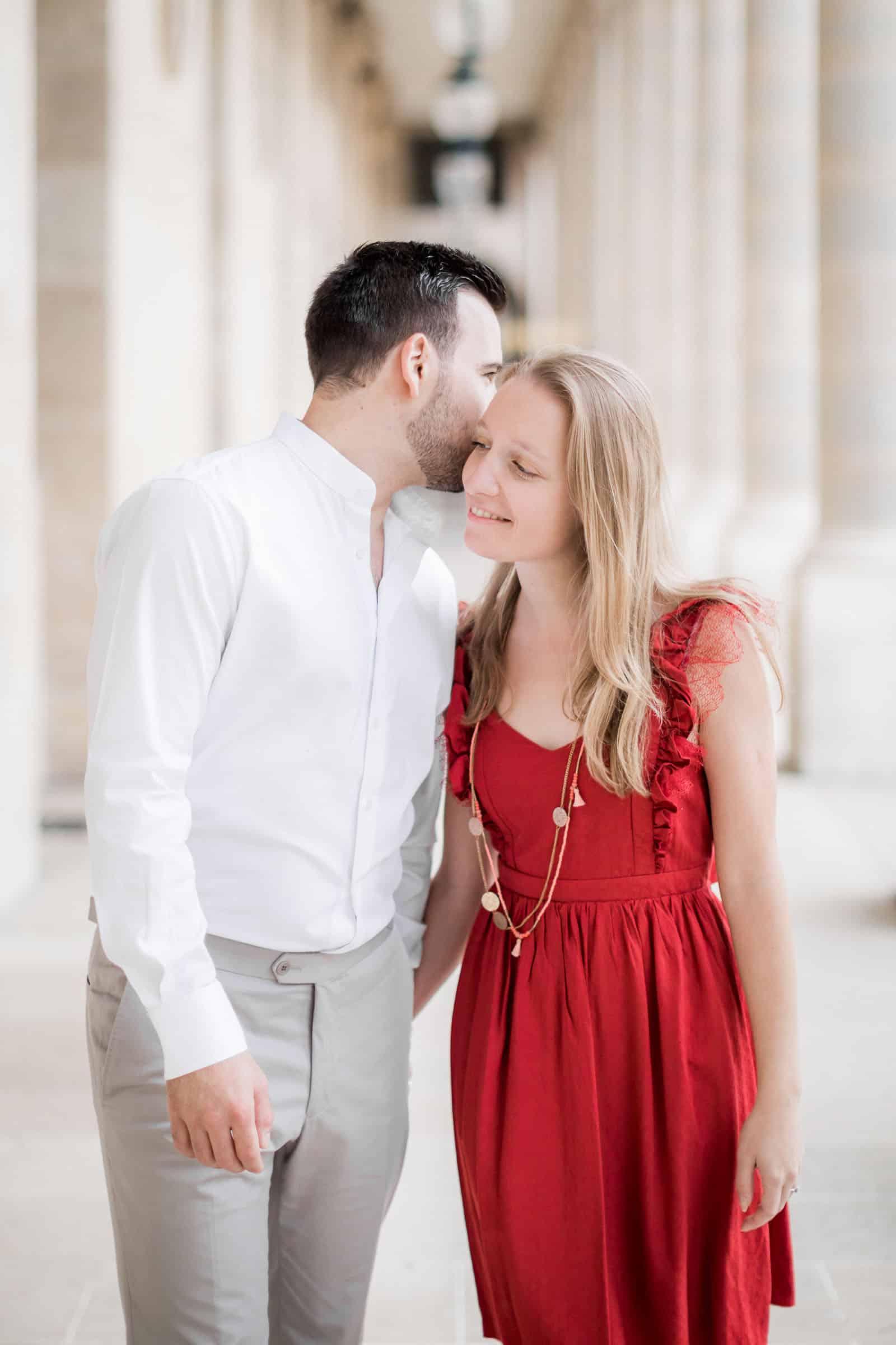 Photo de Mathieu Dété, couple amoureux dans les allées du Palais-Royal à Paris