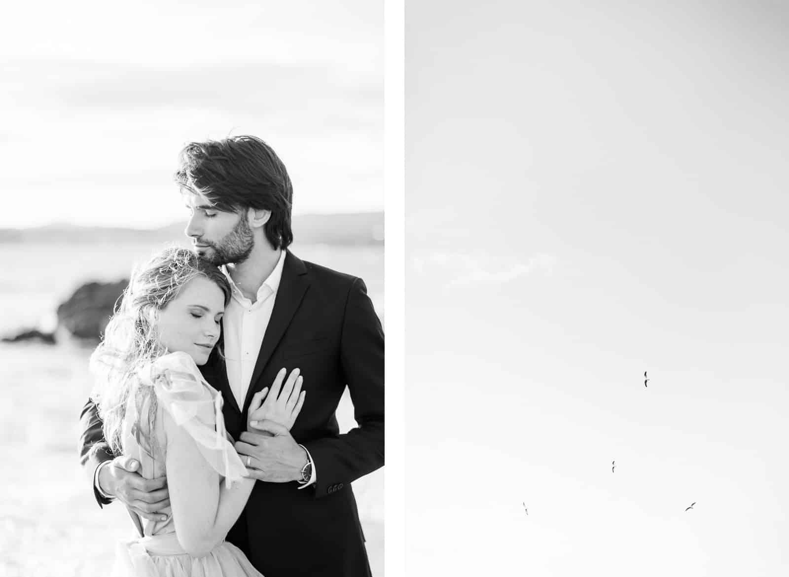 Photographie de Mathieu Dété, photographe de mariage sur l'île de la Réunion (974), présentant un couple amoureux en noir et blanc en bord de mer