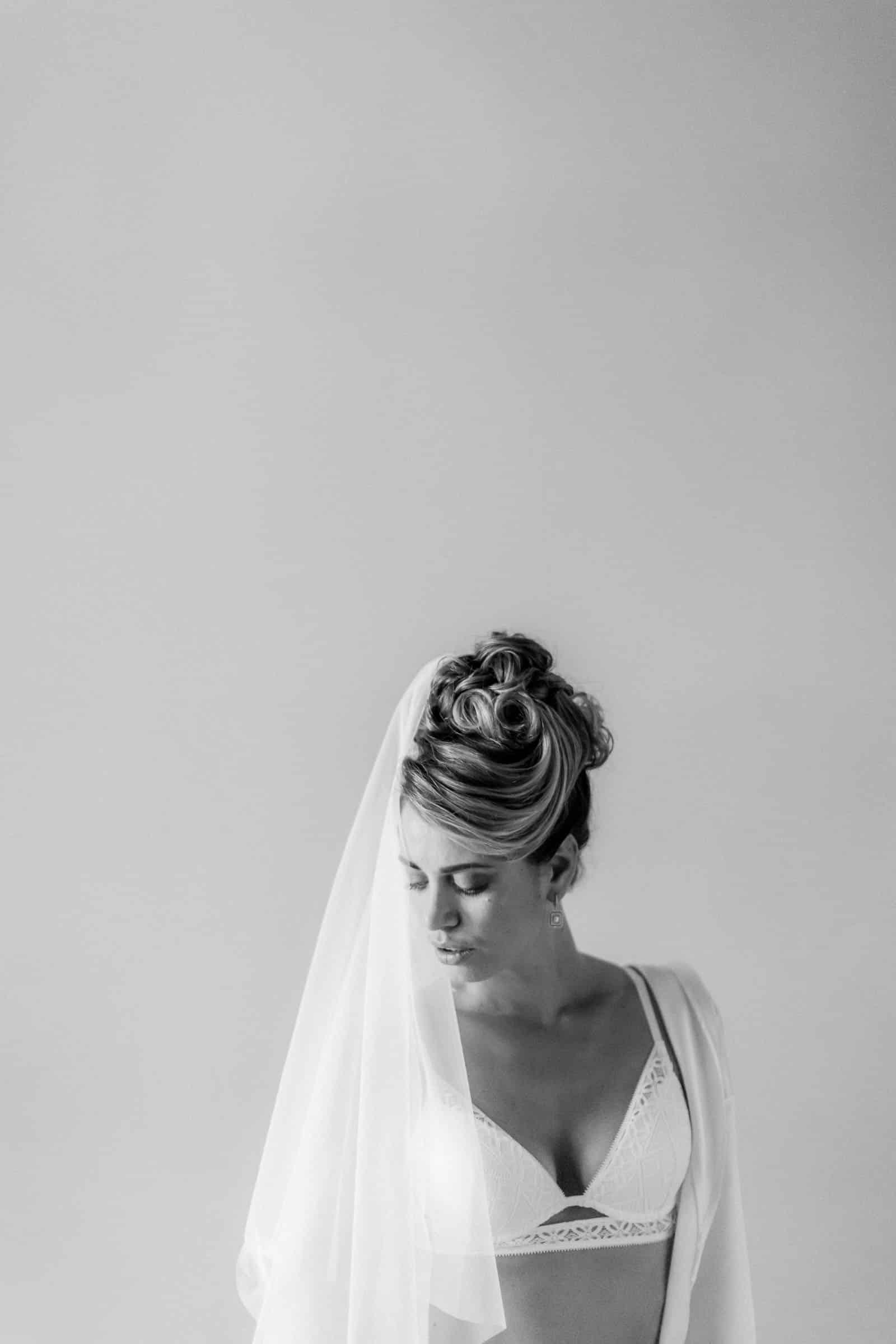 Photographie de Mathieu Dété présentant un portrait boudoir dénudé de la mariée dans la Villa Brignac
