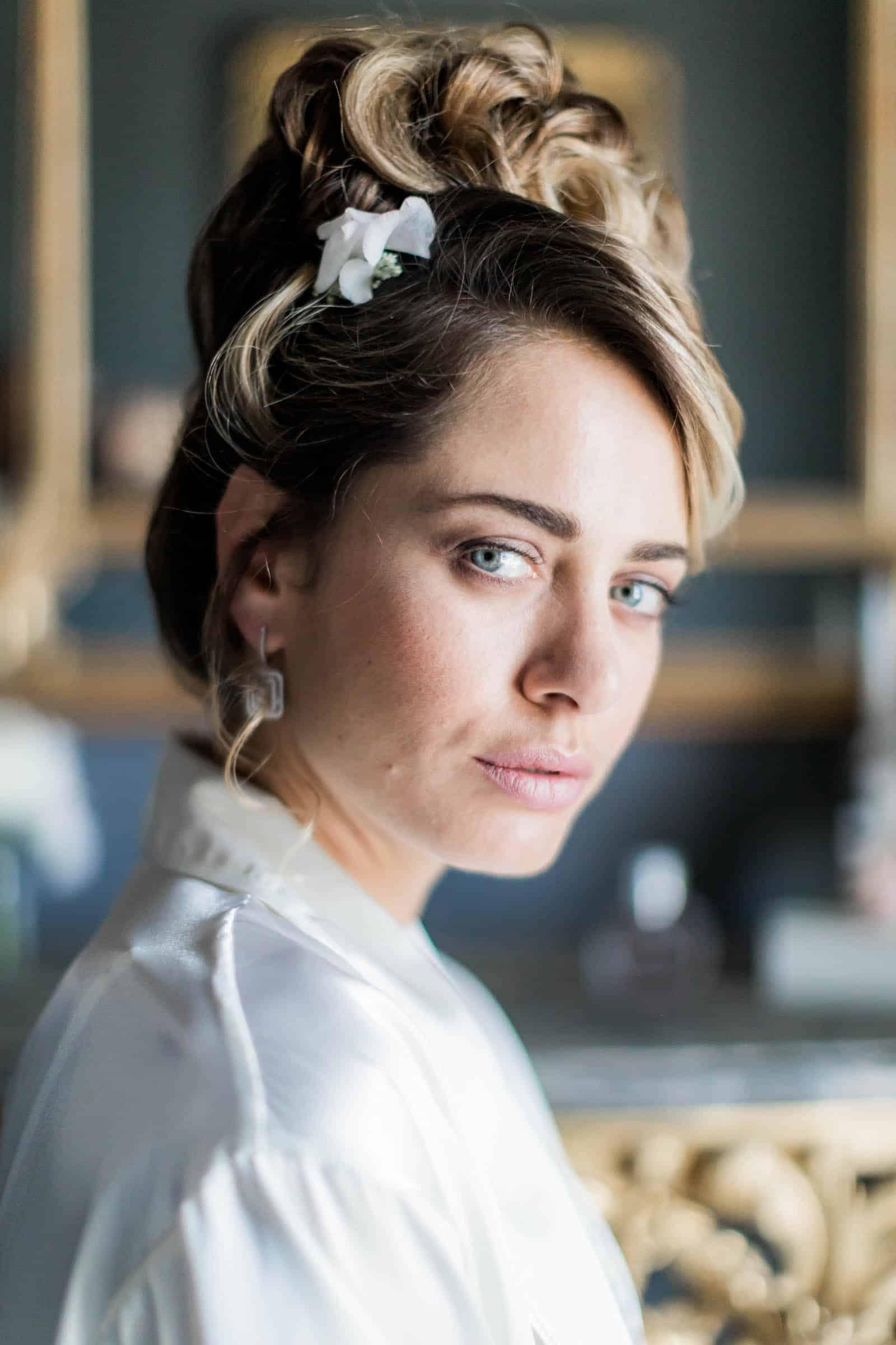 Photographie de Mathieu Dété présentant un portrait de la mariée dans la Villa Brignac