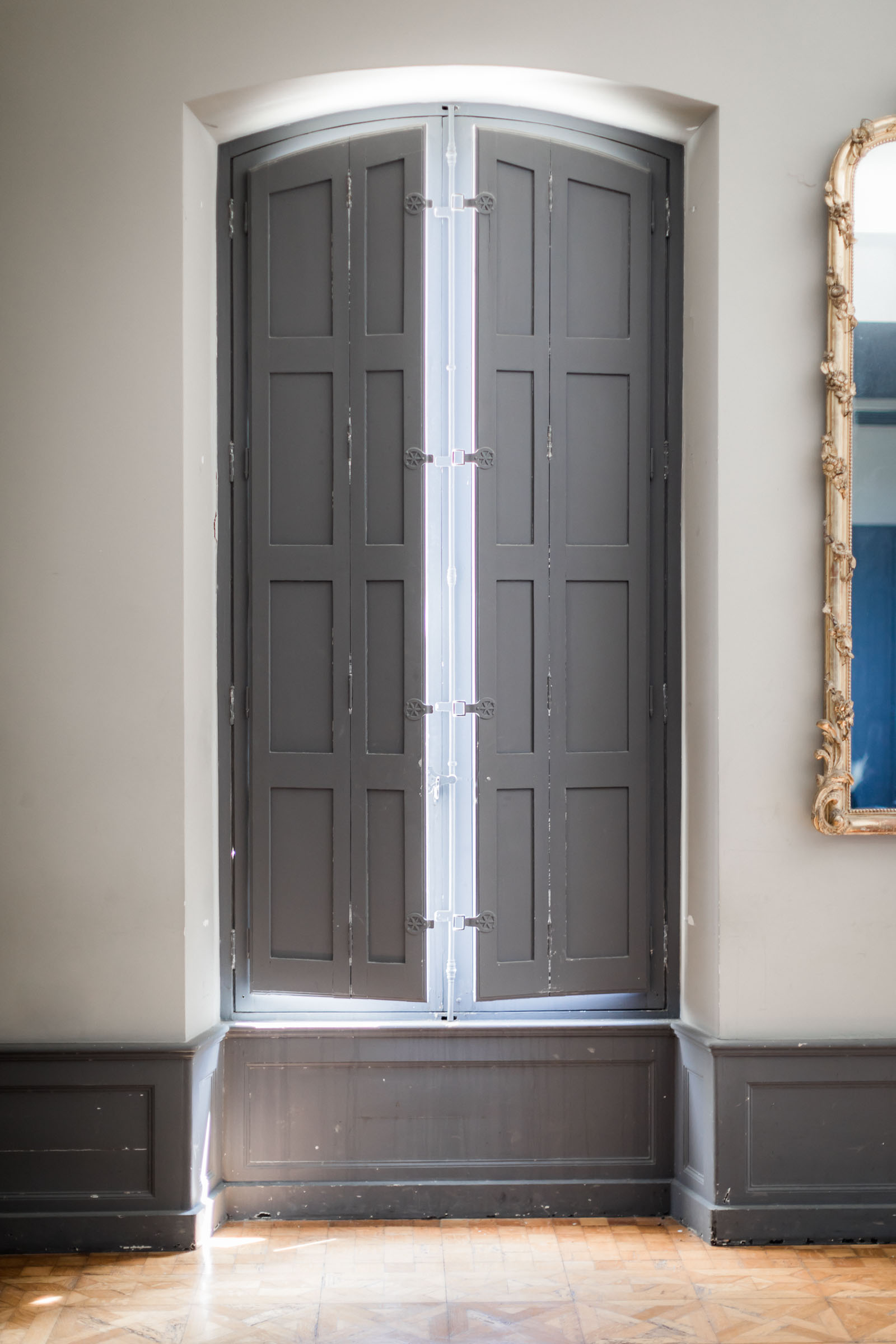 Photographie de Mathieu Dété présentant les détails d'une fenêtre de la Villa Brignac