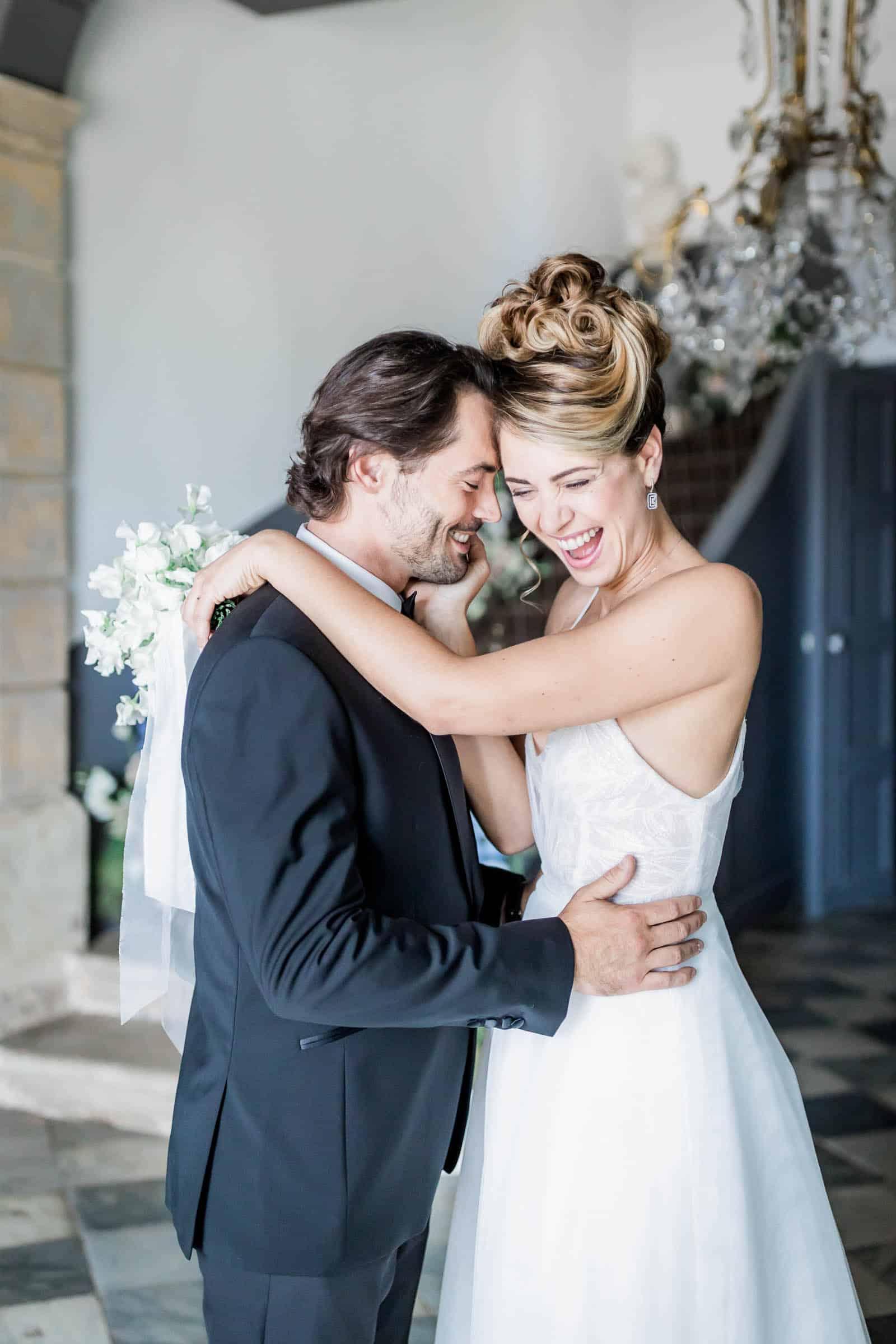 Photographie de Mathieu Dété présentant les mariés à l'intérieur de la Villa Brignac à Ollioules