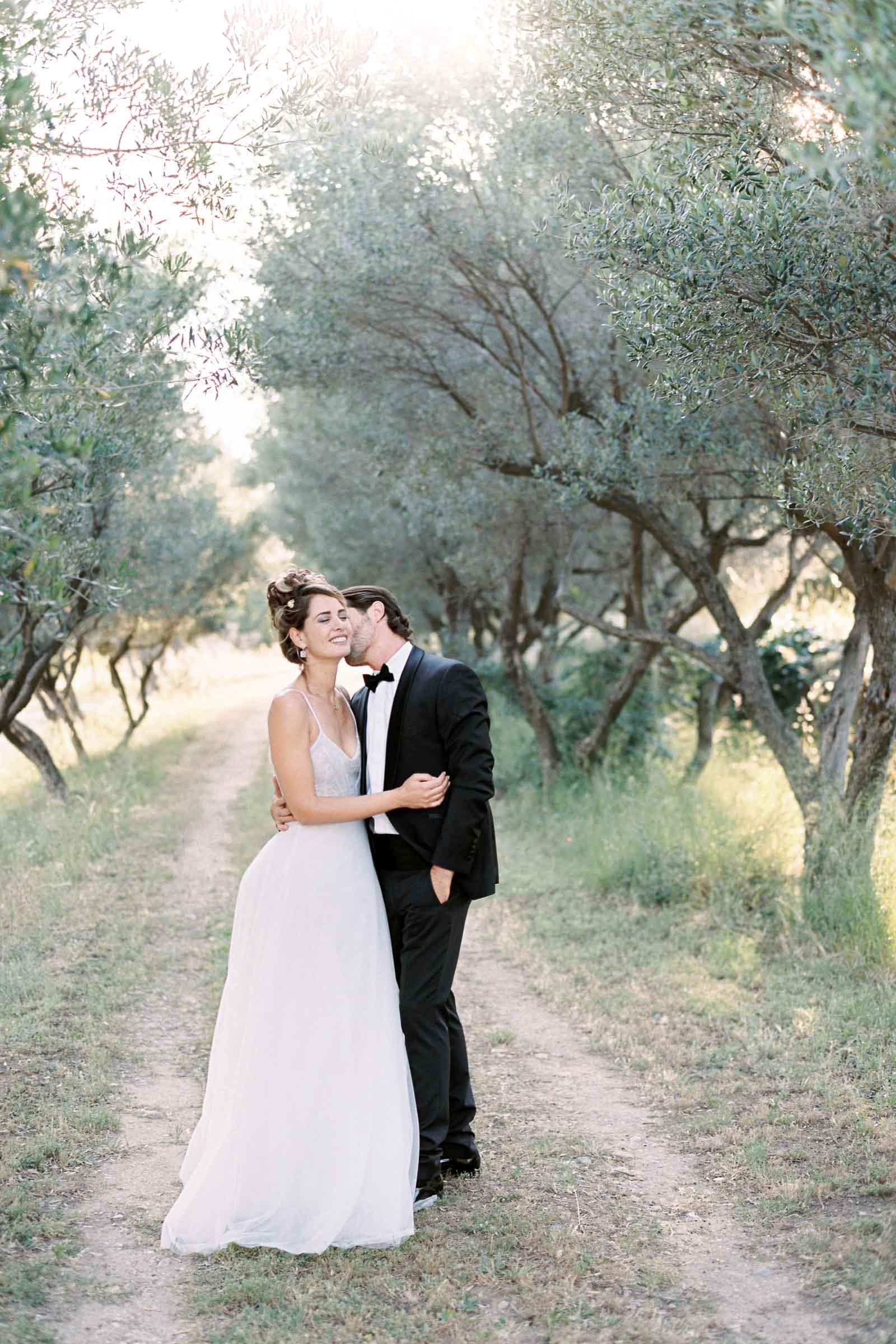 Photographie de Mathieu Dété présentant les mariés dans les jardins d'oliviers de la Villa Brignac à Ollioules