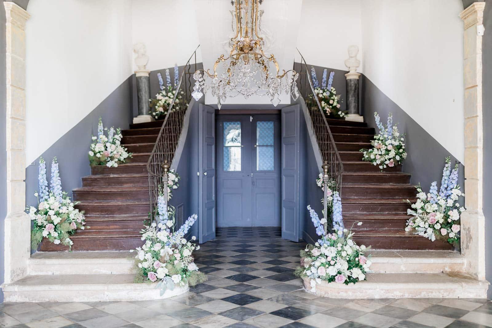 Photographie de Mathieu Dété présentant l'escalier fleuri de l'intérieur de la Villa Brignac