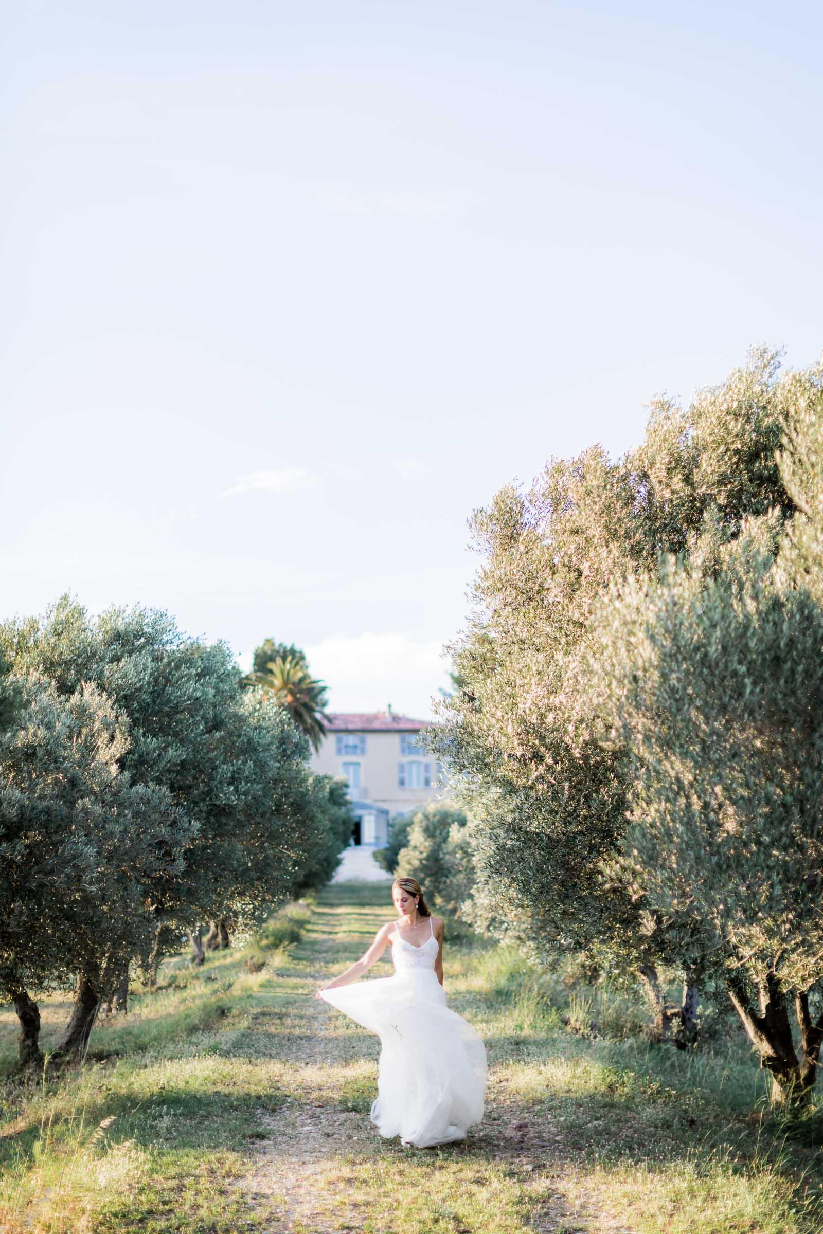 Photographie de Mathieu Dété présentant la mariée dans les jardins d'oliviers de la Villa Brignac à Ollioules