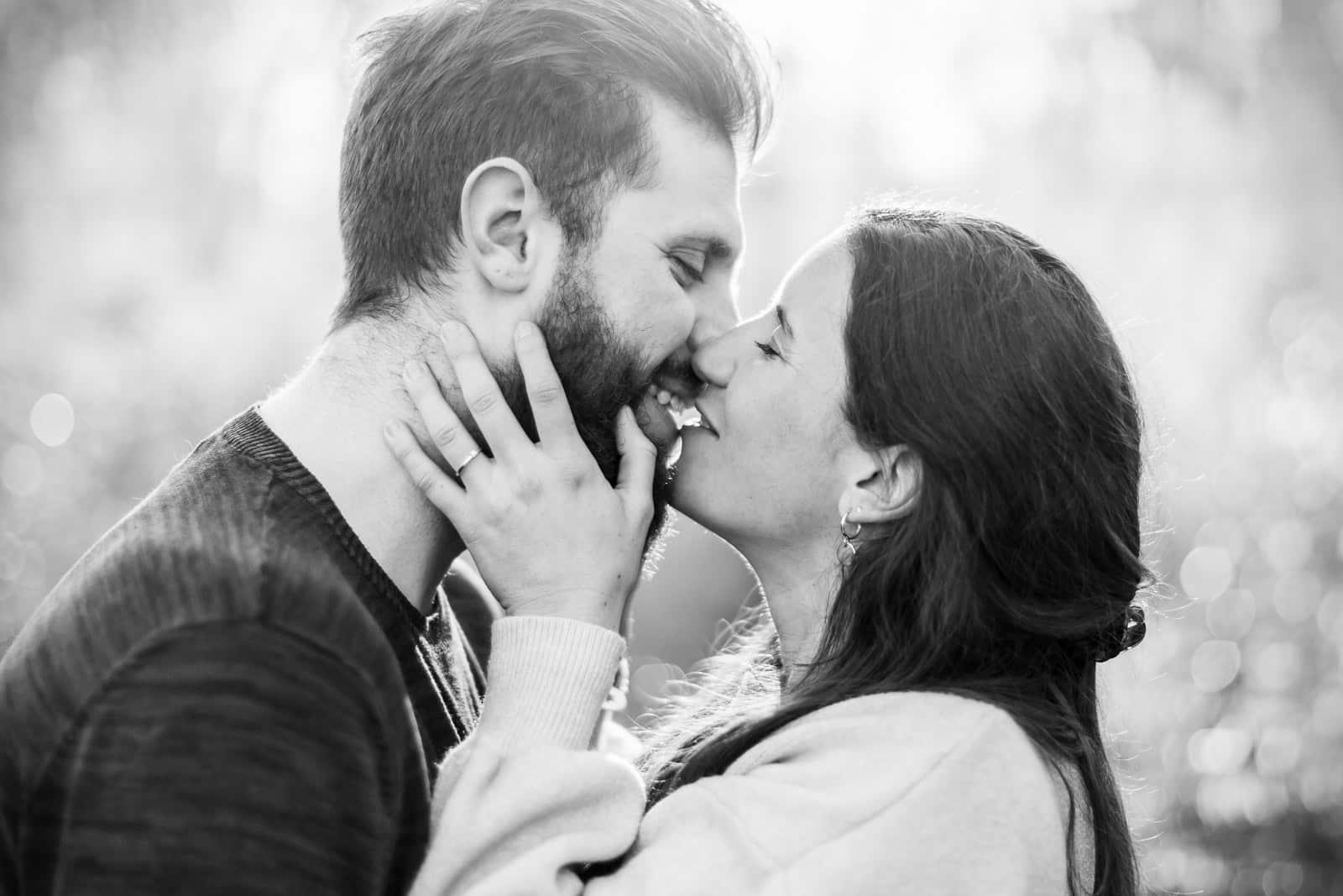 Photographie de Mathieu Dété, photographe de séance couple sur l'île de la Réunion, présentant un couple qui s'embrasse en noir et blanc à Saint Denis