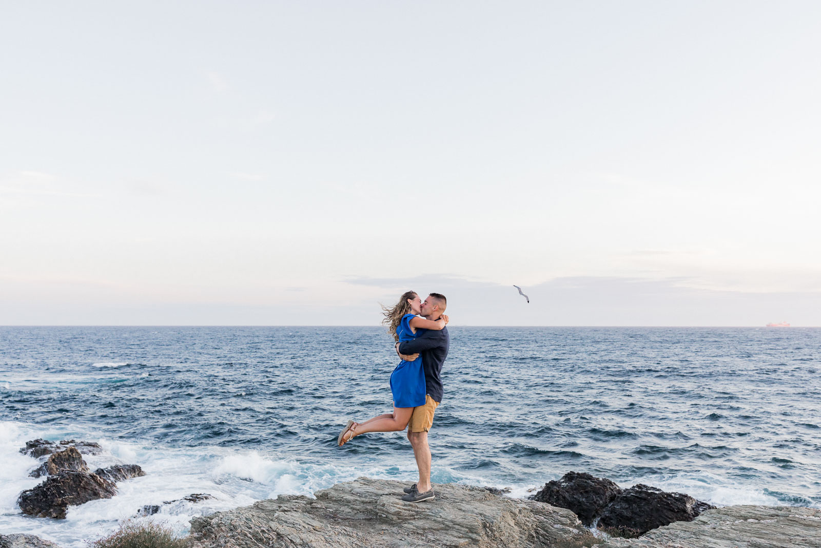 Photographie de Mathieu Dété, photographe de shooting couple à la Réunion 974, présentant un couple heureux marchant en bord de mer sur les côtes rocheuses de Saint Benoît