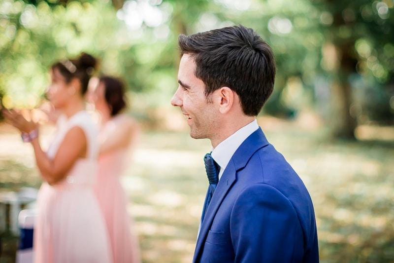 Entrée de la cérémonie laique dans les jardins de la Bastide Rouge à Saint Genies Bellevue - Mathieu Dété Photographe