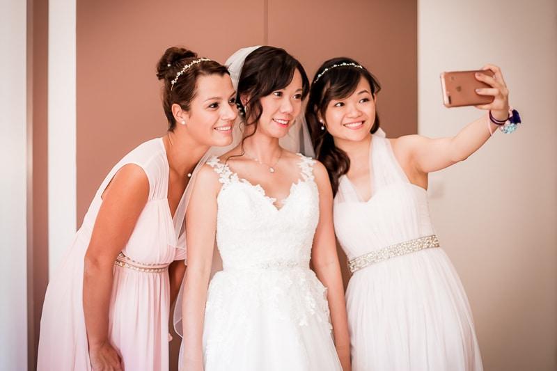 Selfie de la mariée avec les témoins - Mathieu Dété Photographe