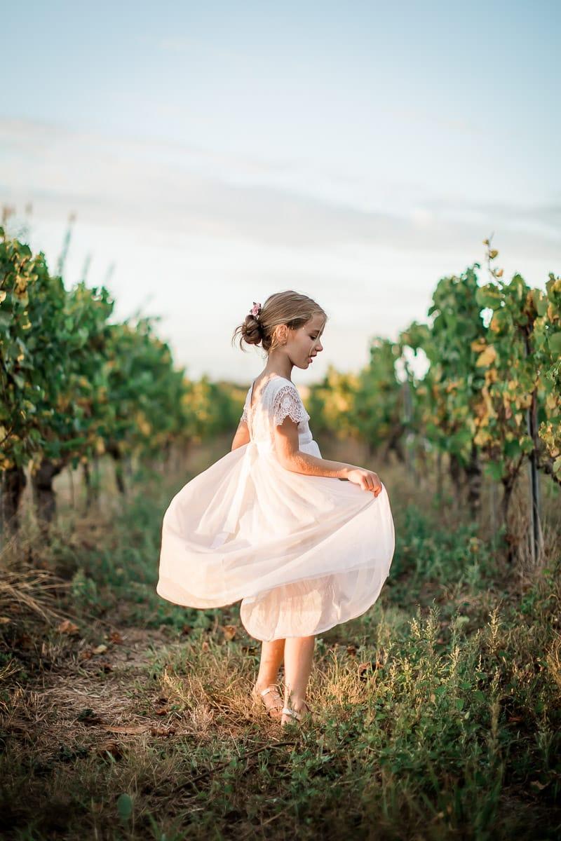 Jeune fille dans les vignes