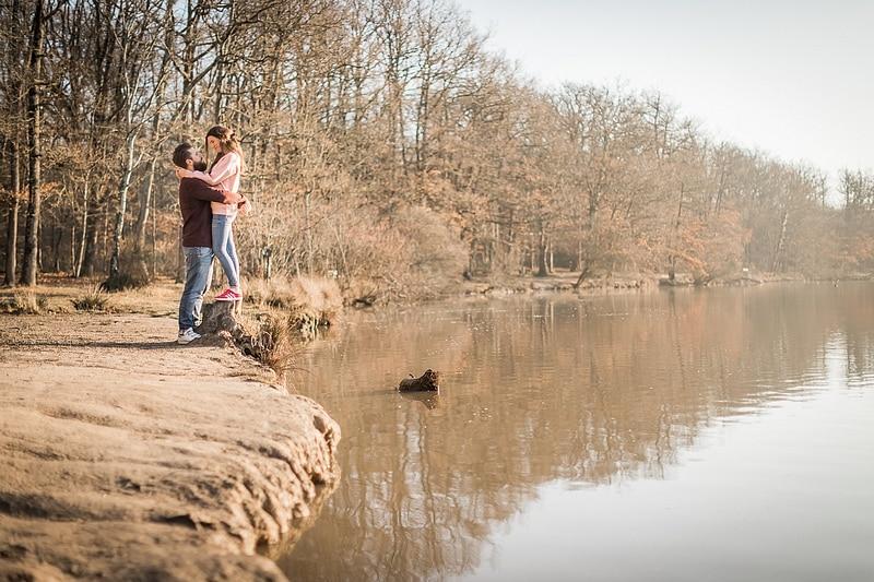 Portrait de couple au bord du lac - Photographe mariage portrait Toulouse