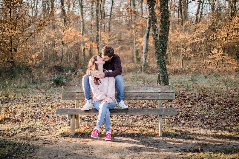 Portrait de couple sur un banc - Photographe mariage portrait Toulouse