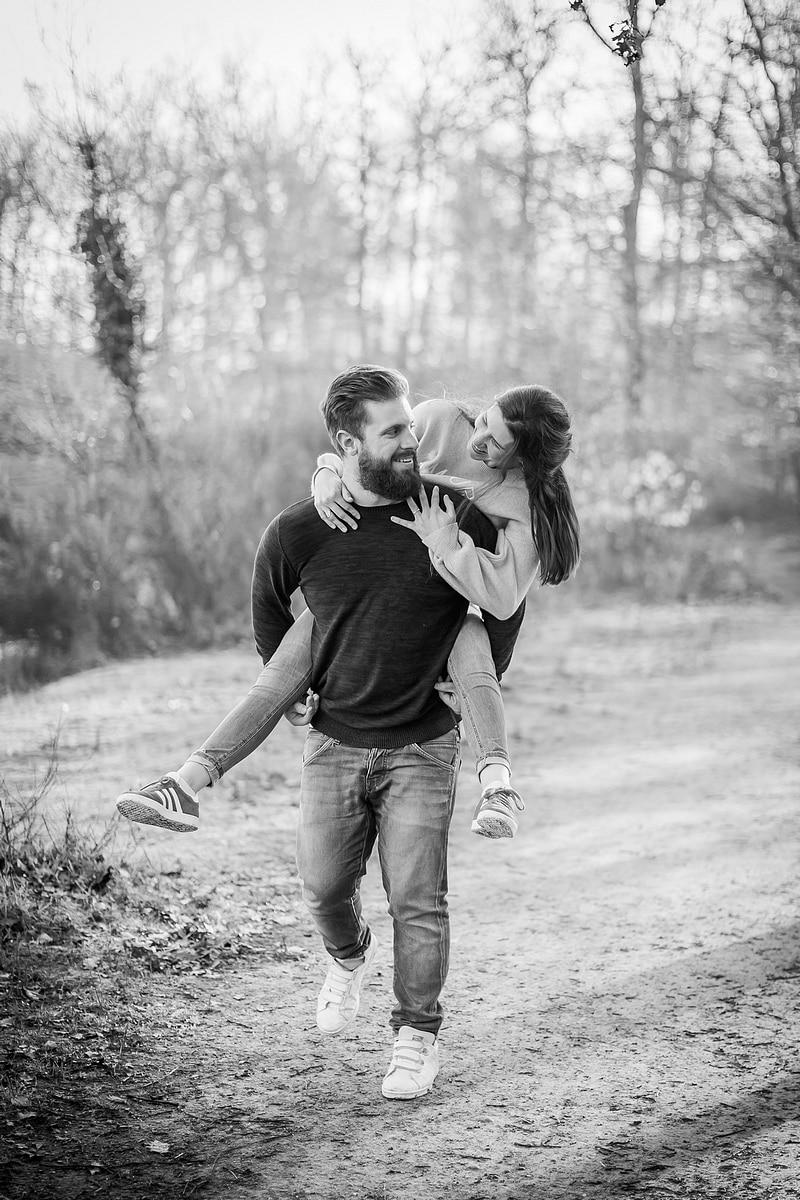 Portrait de couple dans la joie - Photographe mariage portrait Toulouse