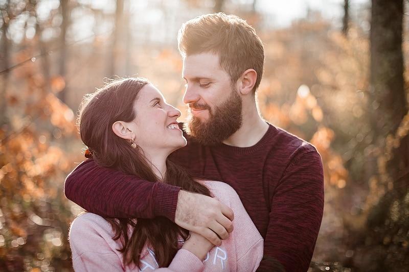 Portrait serré de couple dans la forêt - Photographe mariage portrait Toulouse